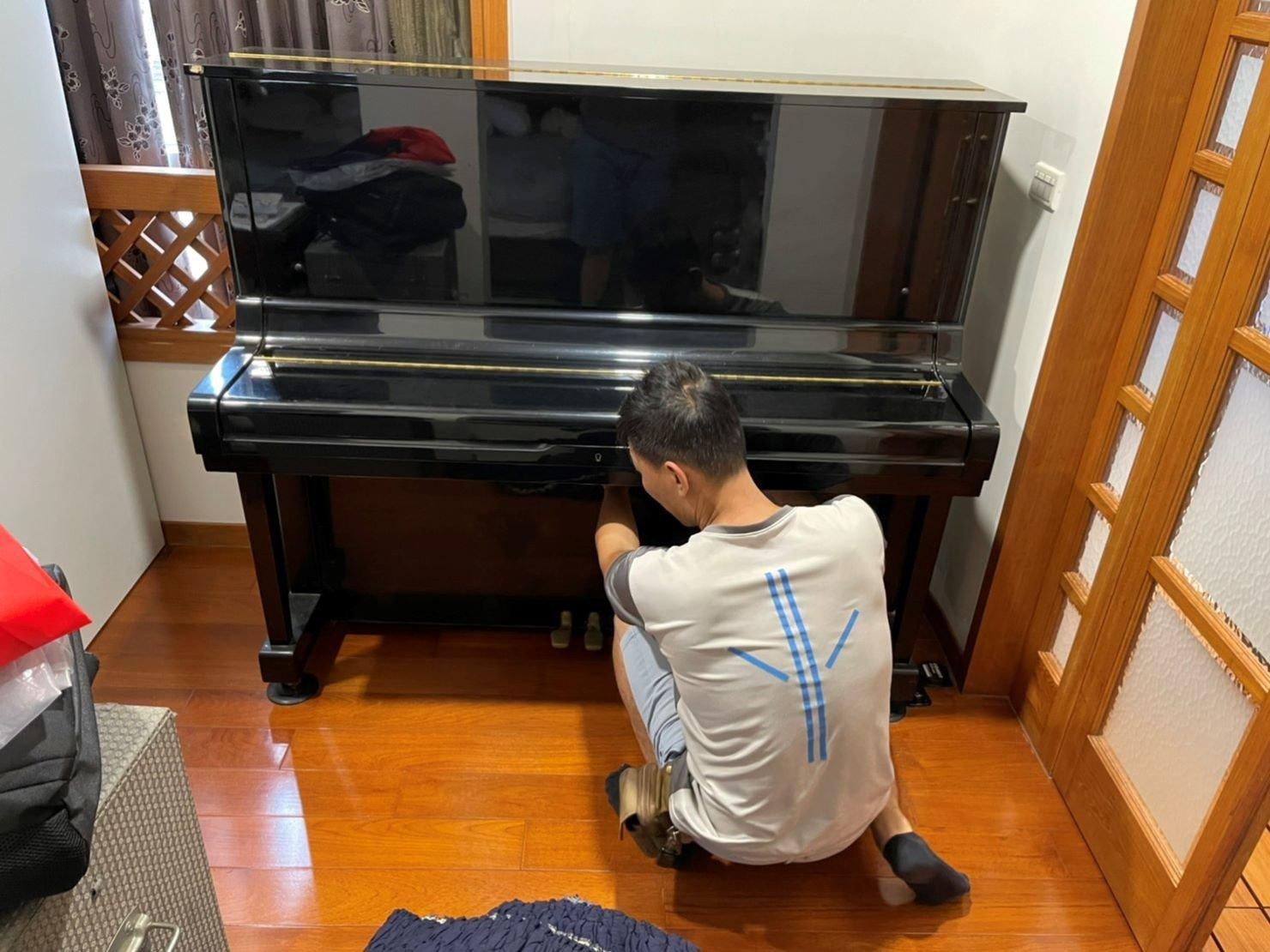 搬家公司推薦【榮福搬家】搬遷好品質值得您的信賴與選擇:鋼琴搬運-搬運前會先以伸縮保護布套將鋼琴妥善包覆,避免碰撞、刮傷。