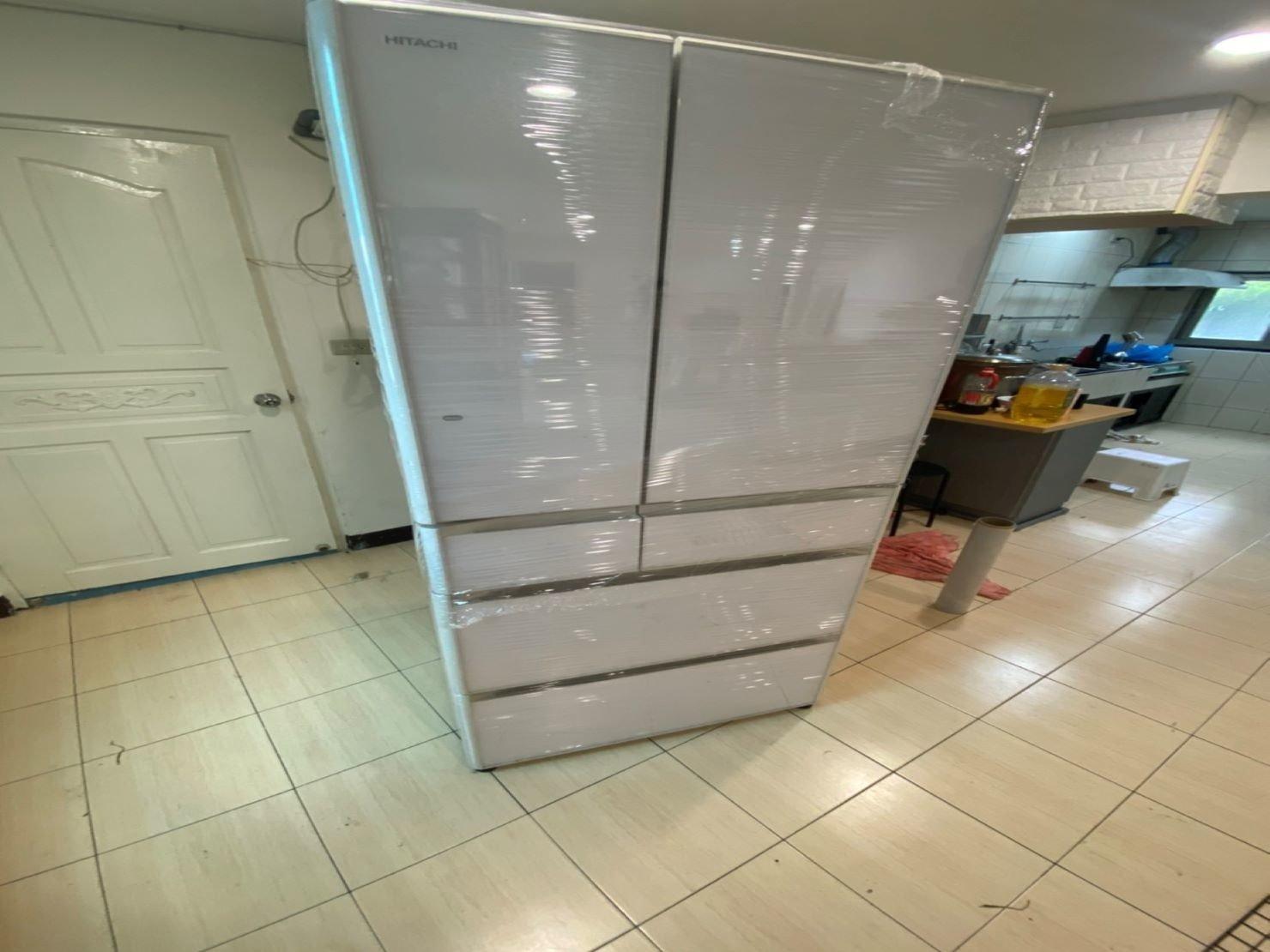HITACHI大型量150公斤比人還要高的冰箱搬運-交給台北搬家推薦【榮福搬家】南港搬家公司是最佳的選擇