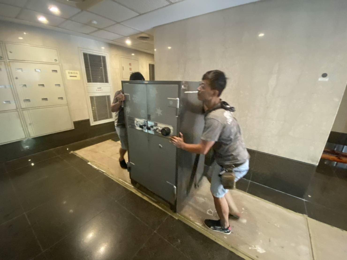 【榮福搬家公司】搬家首選、公司企業推薦:重物搬運服務重達600公斤以上的金庫搬運、保險櫃吊掛搬運,包裝搬運「細膩包裝、專業搬運、用心服務、以客為尊」是榮福搬家公司的宗旨與精神。歡迎立即來電02-2651-2727專人服務。