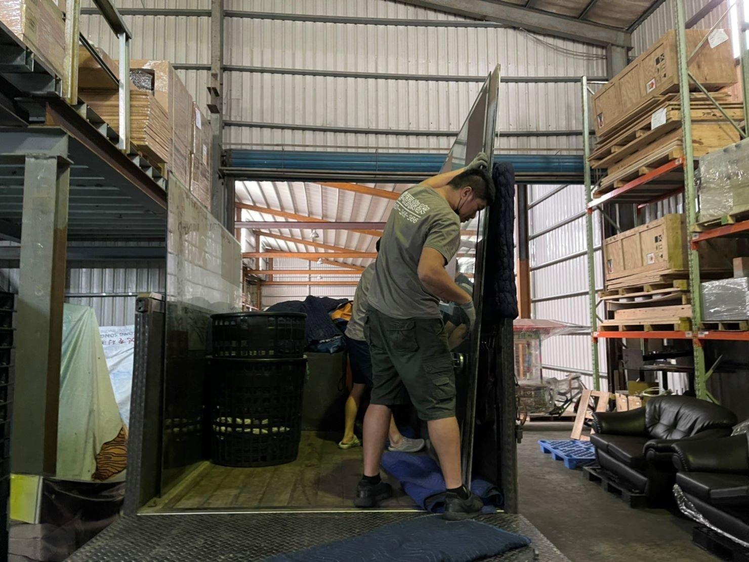 玻璃搬運、搬玻璃、搬重物【榮福搬家公司】精搬重物、精搬魚缸、精搬鋼琴、跨縣市搬家、搬工計時、人力搬運、搬運、搬重物技巧、重物搬運器、搬重物工具、冰箱搬運、搬家具、搬家首選、吊掛搬運、吊家具搬運、吊金庫搬運、特殊重物搬運、單件重物搬運、搬醫療床、專搬重物、企業搬運服務、公司行號搬遷、搬遷、新北搬家公司推薦、搬家公司、基隆搬家、南港搬家、桃園搬家公司推薦、台北搬家公司推薦:大台北搬家,精緻包裝搬運「細膩包裝、專業搬運、用心服務、以客為尊」是榮福搬家公司的宗旨與精神。歡迎立即來電02-2651-2727專人服務。
