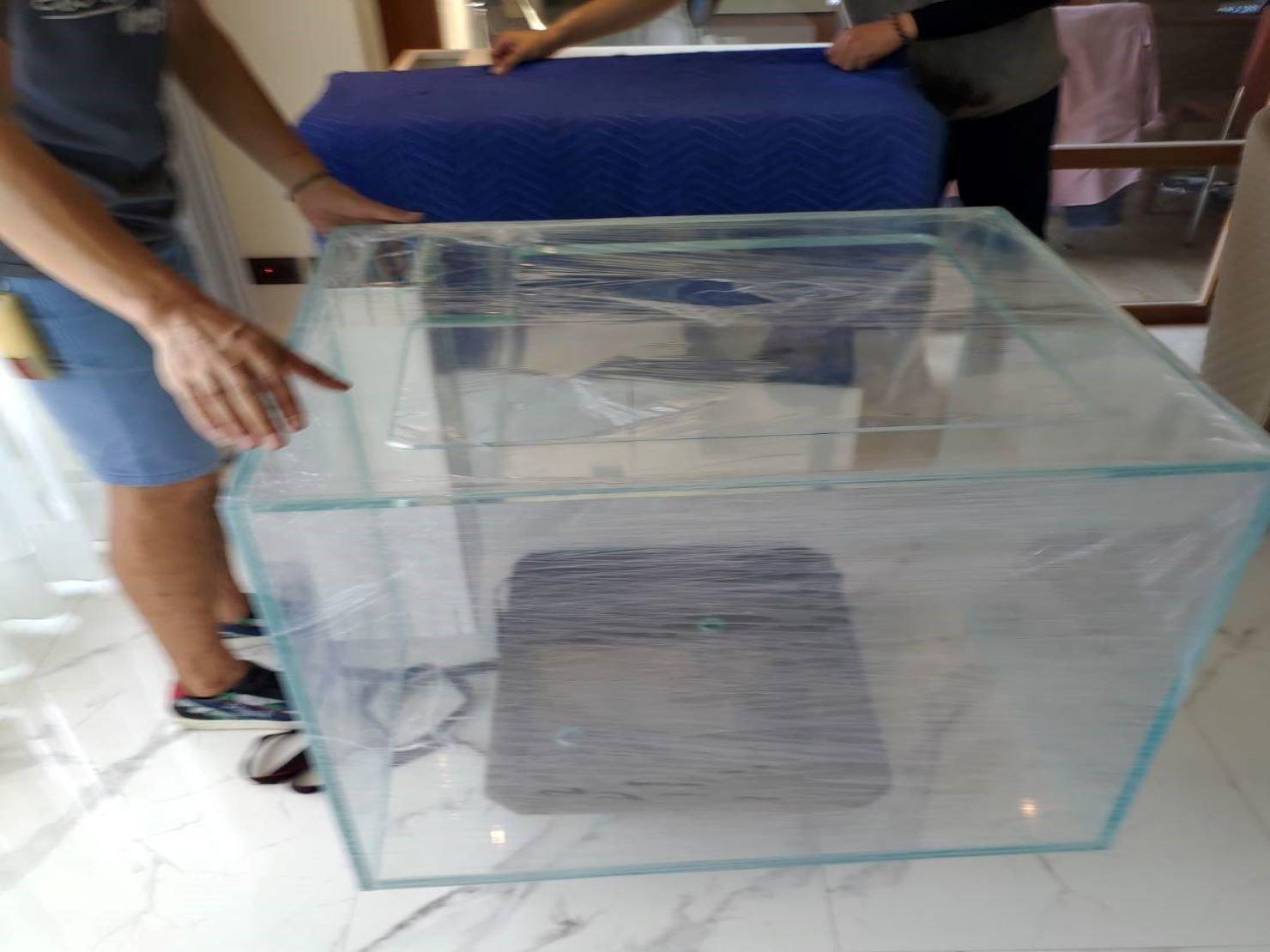 搬魚缸【榮福搬家】搬重物、搬金庫、台北搬家推薦:此為第一層防護包裝,避免玻璃魚缸表面在搬運途中遭受到刮傷