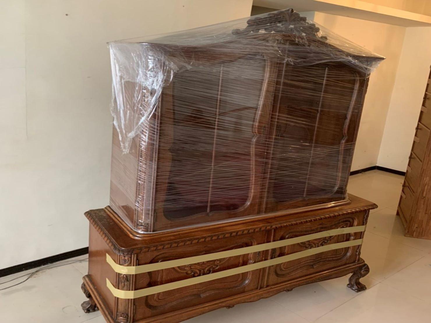 搬家【榮福搬家】搬家公司推薦、口碑第一、台北搬家:紅木玻璃上下櫃:上櫃以膠膜層層綑繞包覆,避免摩擦刮傷。