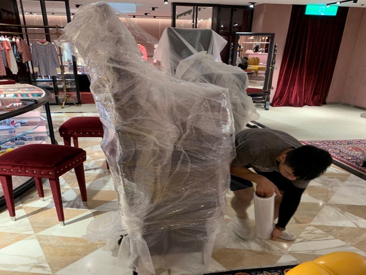 搬家公司【榮福搬家】百貨撤場搬運、精緻搬家,值得您的信賴與選擇:椅子包裝:將椅子向上疊起省去擺放上貨車的多餘空間,再用膠膜緊緊將其層層綑繞。