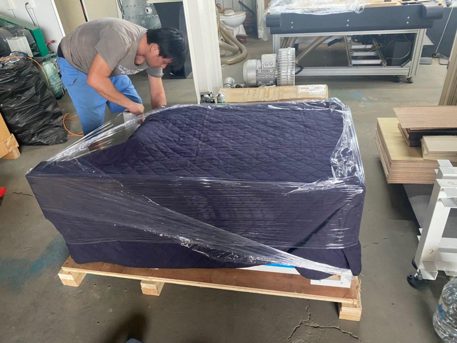 台北搬家公司推薦【榮福搬家公司】搬切割機、搬重物值得您來選擇:先以日式保護布套將雷射雕刻切割機包覆住,防止碰撞、防刮傷。