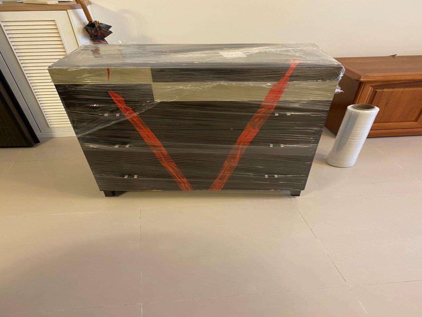 搬家公司【榮福搬家】搬沙發、搬傢具推薦給您最優質、最安全的搬運服務:實木斗櫃用專業膠膜包裹可以防刮、防塵、防水氣!