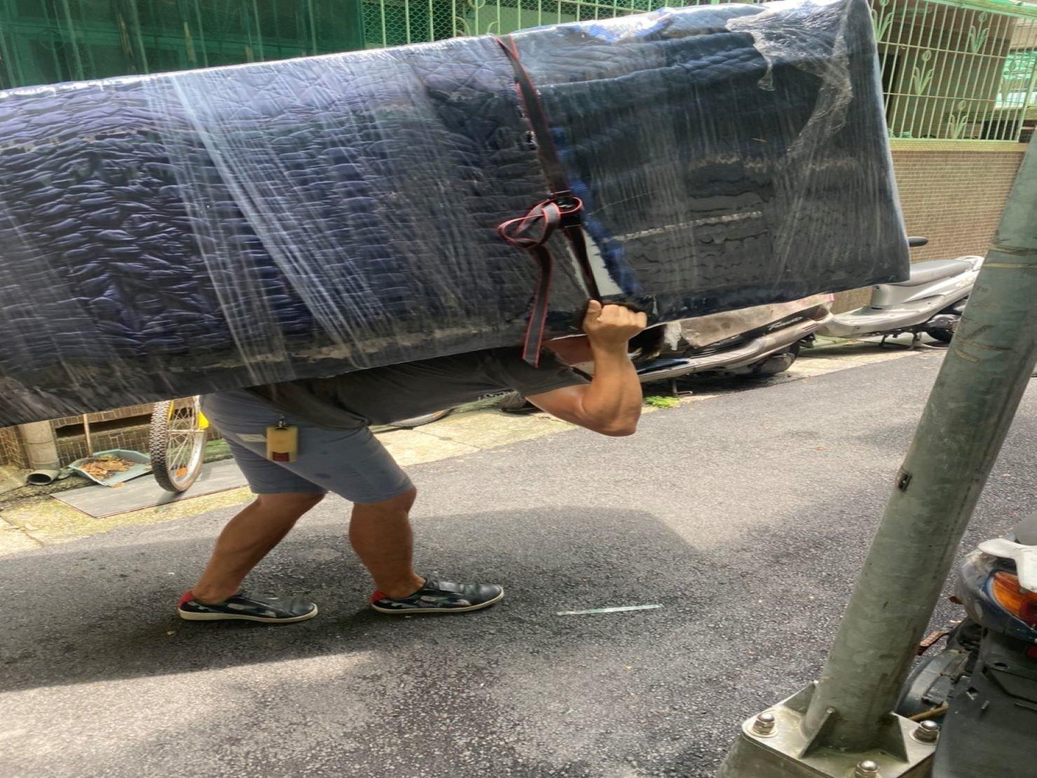 HITACHI大型冰箱搬運下樓-搬家公司推薦【榮福搬家】南港搬家公司,走巷弄需背搬運送至貨車上