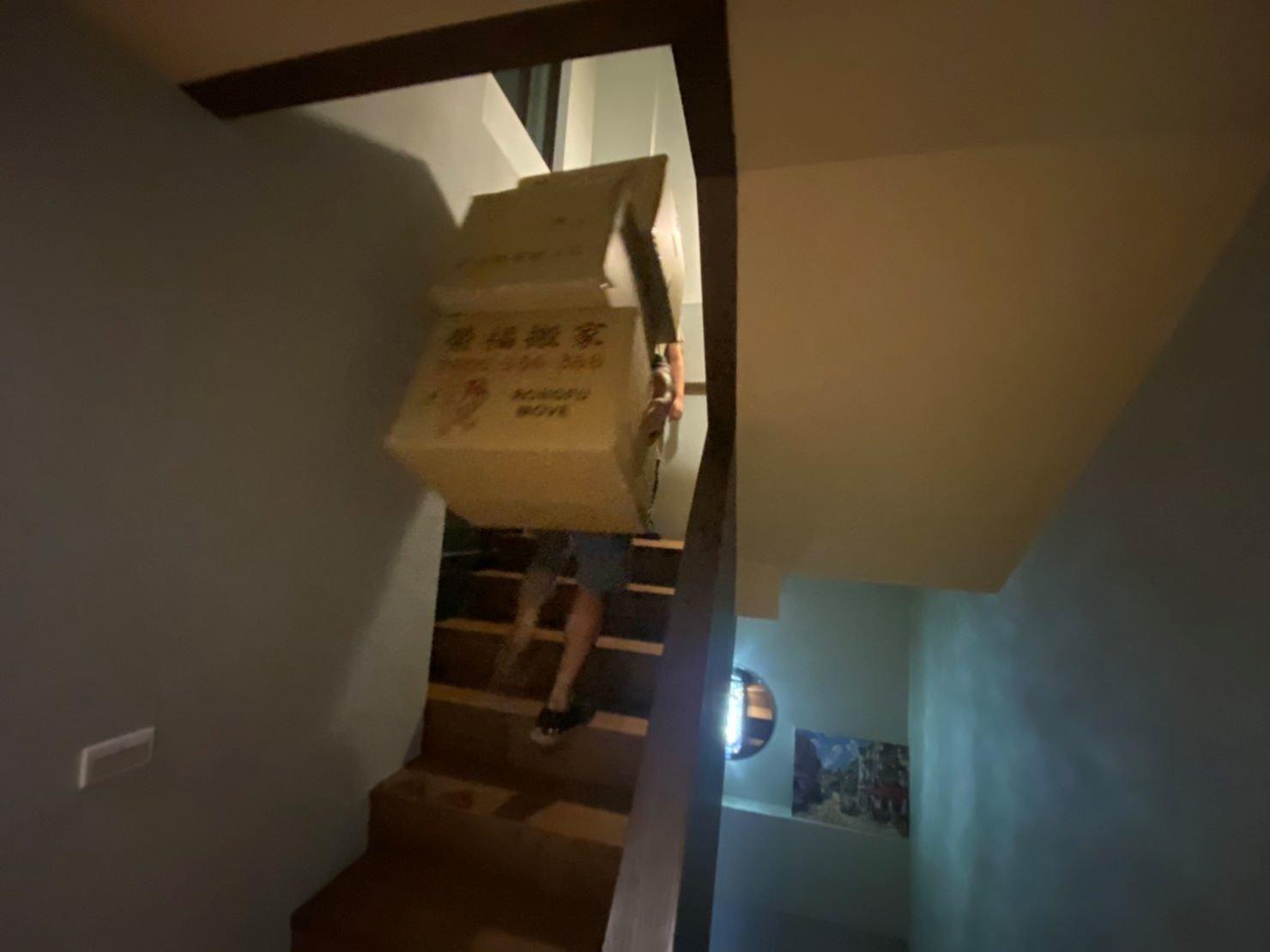 搬家公司推薦【榮福搬家】搬遷好品質值得您的信賴與選擇:師傅們將箱子搬至龍潭住處3樓樓梯來回搬運。
