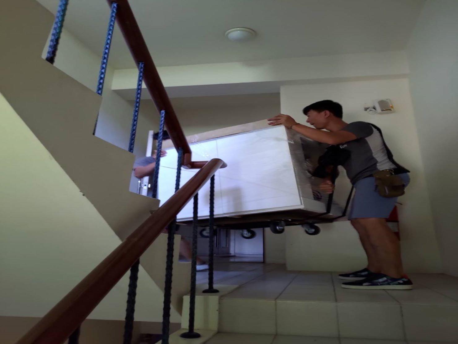 搬魚缸【榮福搬家】搬重物、搬金庫、台北搬家推薦:大型魚缸-從1樓走樓梯搬運至8樓,師傅用的不只是強而有力的雙臂,也有高超的搬運技巧