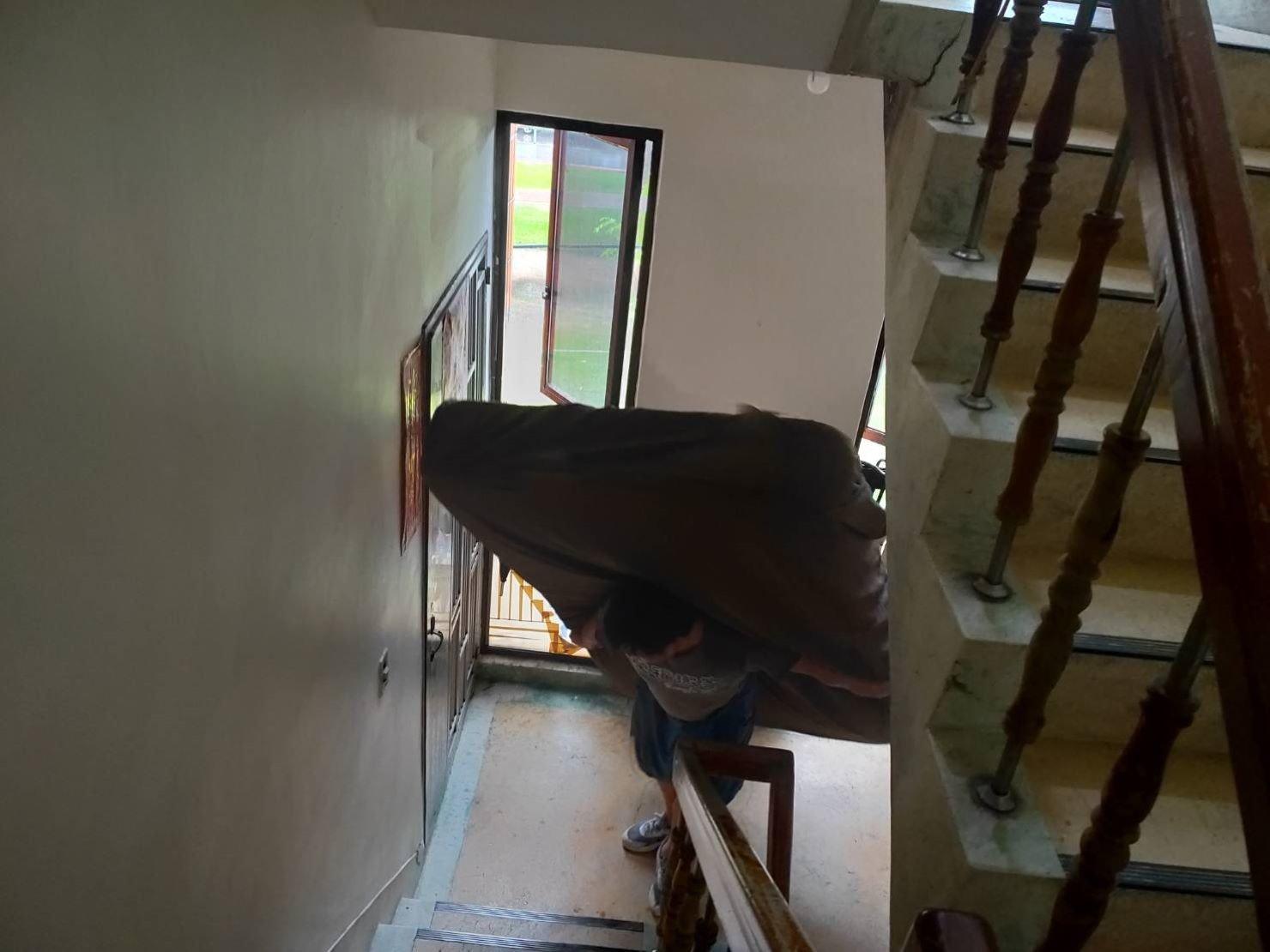 桃園搬家推薦【榮福搬家公司】值得您的信賴與選擇:雙人床墊會先包覆榮福搬家床墊專用保護套,再以倒著走的方式揹下樓。