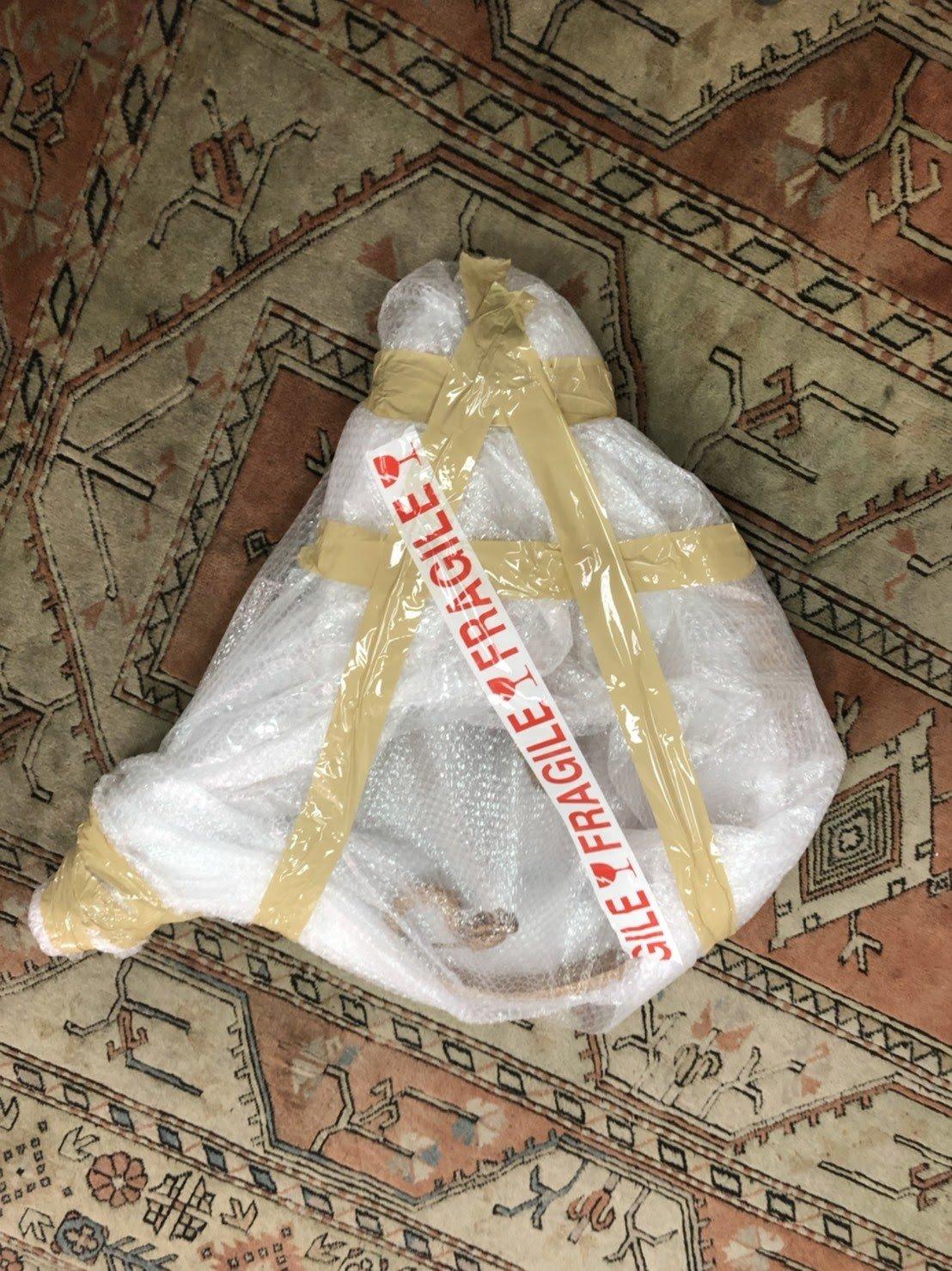 搬家公司【榮福搬家】精緻搬家給您最有品質、最安全的搬運服務,家中的不規則形狀貴重物品,會先裹上氣泡紙作為第一層保護,再綑上膠布使其更加牢固,防刮又防撞。