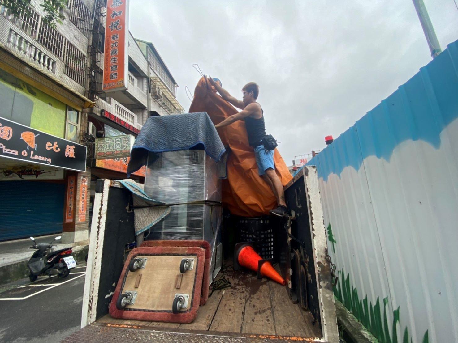 搬冰箱【榮福搬家公司】台北搬家、新北搬家、搬家首選、優質搬家,包裝搬運「細膩包裝、專業搬運、用心服務、以客為尊」值得您來選擇:安全包裹冰箱再三牢靠固定後再運送。