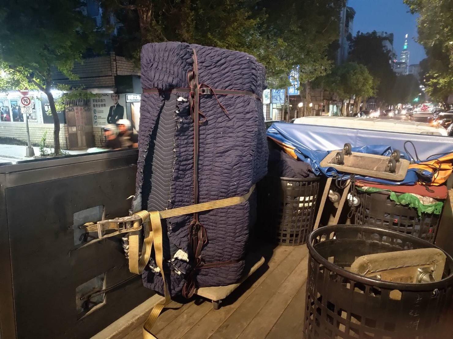 精搬鋼琴【榮福搬家】搬運鋼琴公司給您最有品質、最安全的搬運服務 將已包袱日式伸縮保護套的鋼琴於貨車上以機器繩固定防止運輸中的滑動遙晃