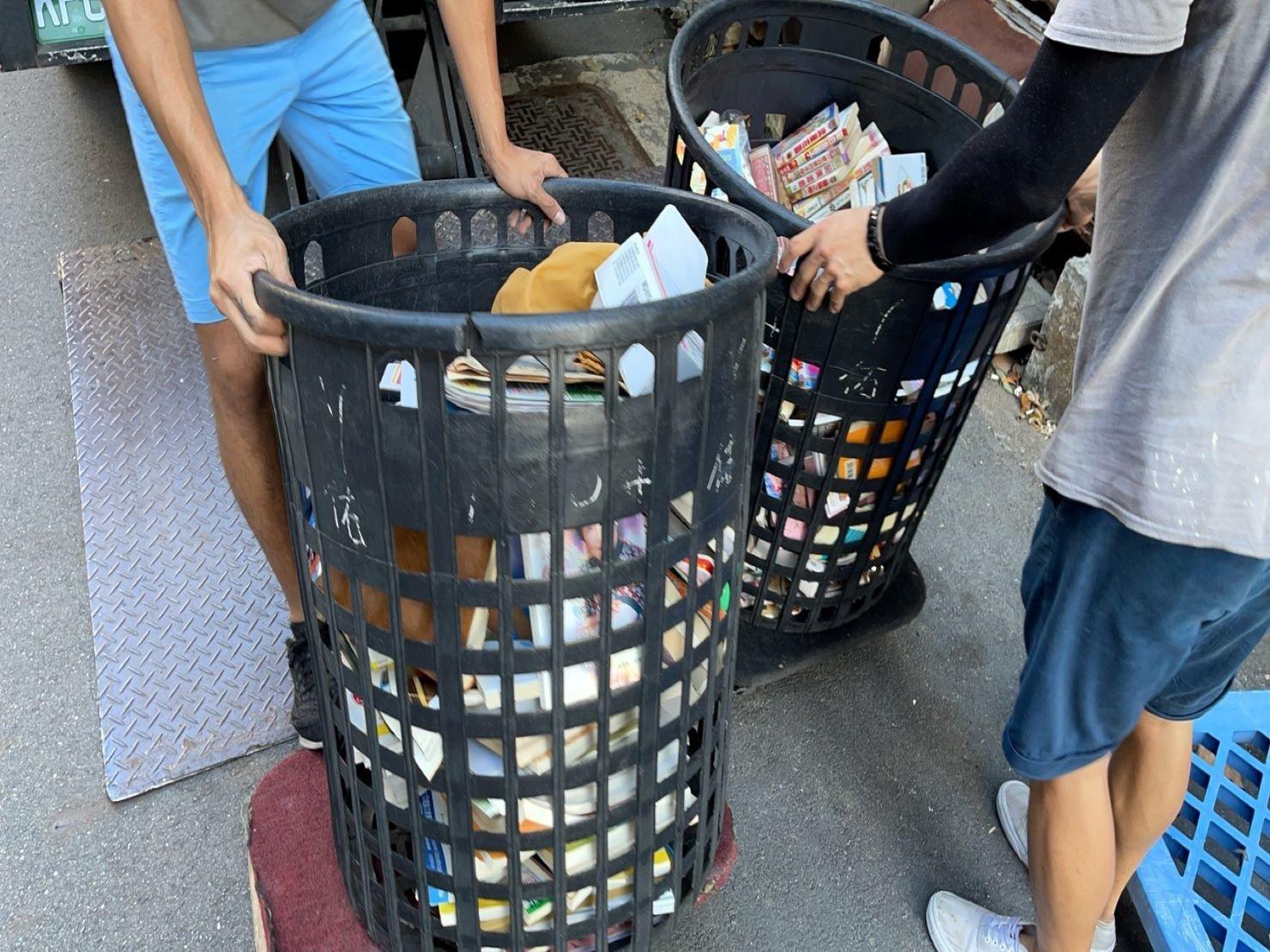 搬家推薦【榮福搬家】搬家口碑第一、台北搬家、新北搬家:【廢棄物處理清運、家庭家具垃圾處理】榮福搬家提供黑色簍子將丟棄的垃圾好做分類處理,載往回收處理場丟棄。
