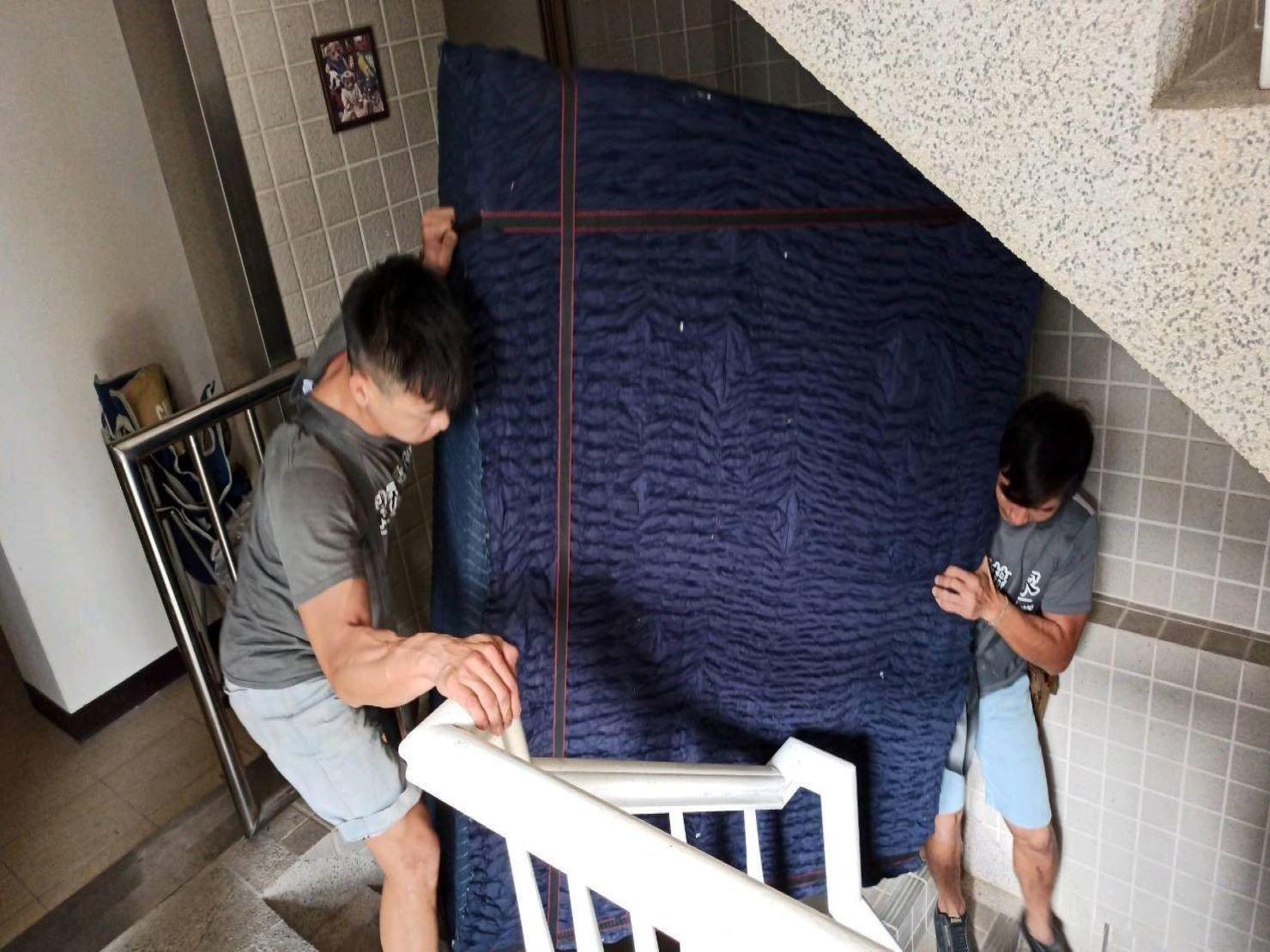 精搬鋼琴【榮福搬家】口碑第一、台北搬家推薦:由榮福搬家專業鋼琴組師傅兩人將布繩綑繞鋼琴,背於身上作業