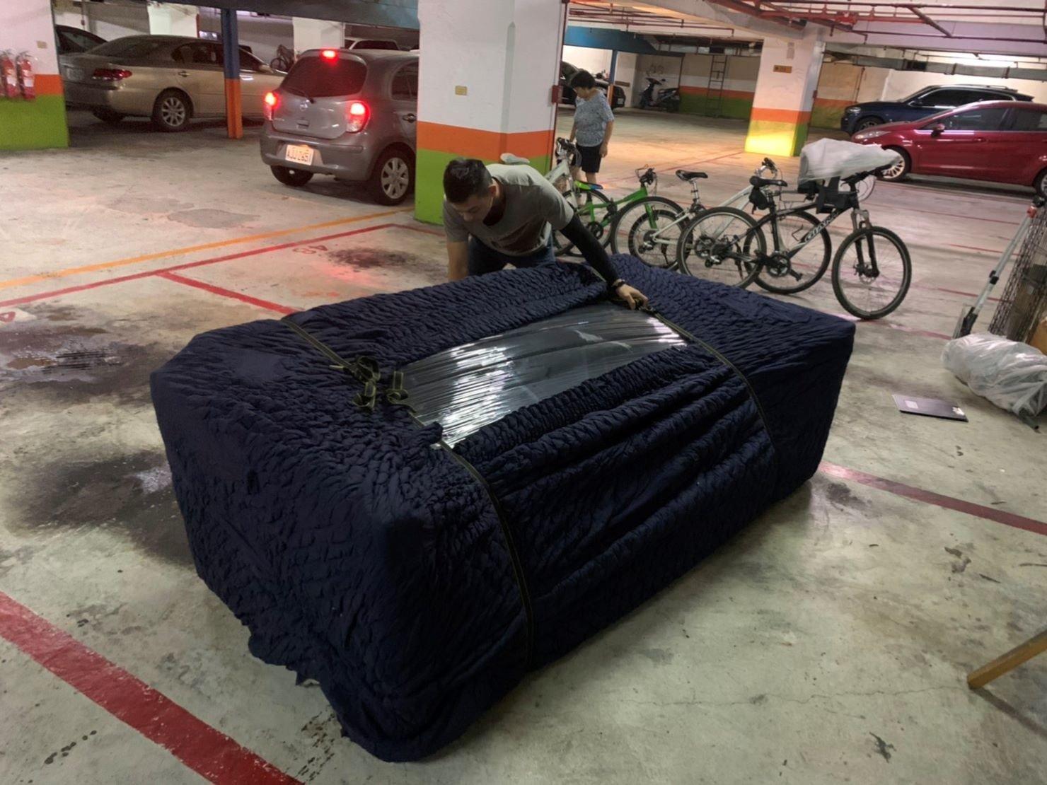 搬家推薦【榮福搬家】搬家口碑第一、台北搬家、新北搬家:3人座大沙發以膠膜、布套做包裝防護處理,避免吊掛搬運過程磨損、沾汙。