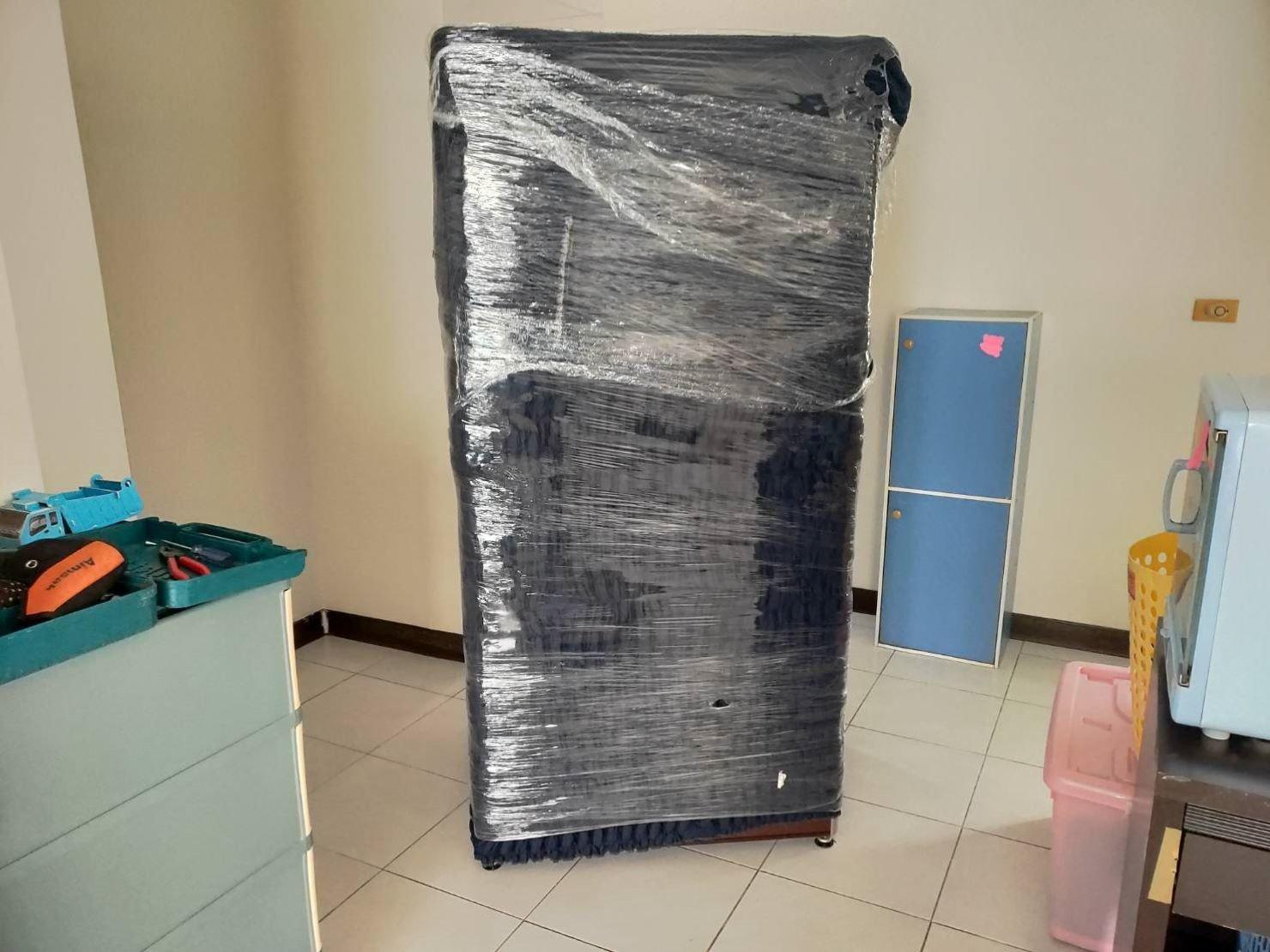 【榮福搬家公司】口碑第一、台北搬家:將冰箱用布套與膠膜做雙層防護,防碰撞、防水氣滲入。