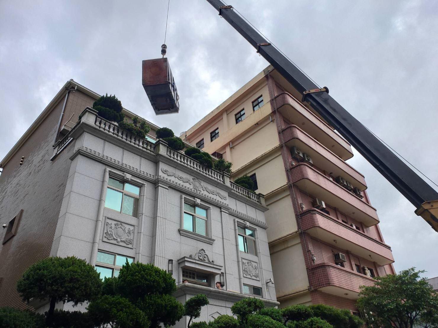 搬金庫【榮福搬家】搬家口碑第一、台北搬家推薦:吊車服務-將金庫吊起從陽台進入