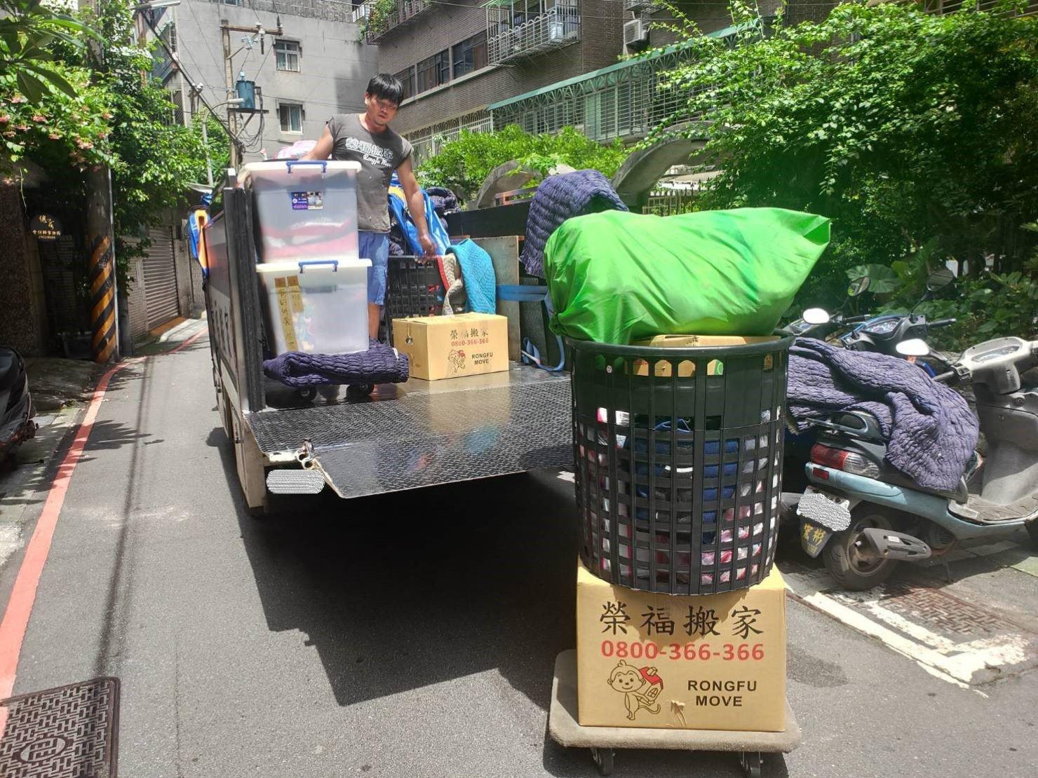 搬家公司【榮福搬家】優質搬家服務,值得您的信賴與選擇:榮福搬家也有黑色簍子可以提供顧客們暫放衣物或生活用品帶至新居唷。