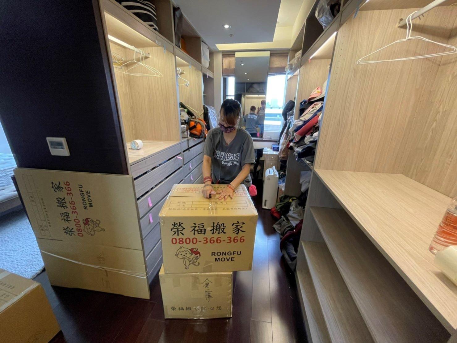 專人打包、搬家公司推薦、新北搬家公司推薦【榮福搬家公司】基隆搬家、南港搬家、桃園搬家公司推薦、家庭搬家、精緻搬家、精緻包裝、打包裝箱、跨縣市搬家、搬工計時、人工搬運、床墊搬運、冰箱搬運、搬家具、搬家首選、吊掛搬運、吊家具搬運、搬家紙箱、氣泡捲、膠膜、黃色透明膠帶、大型家具搬運、搬木製家具、搬大理石桌、廢棄物處理清運、家庭家具垃圾處理,台北搬家公司推薦:大台北搬家,精緻包裝搬運「細膩包裝、專業搬運、用心服務、以客為尊」是榮福搬家公司的宗旨與精神。歡迎立即來電02-2651-2727專人服務。