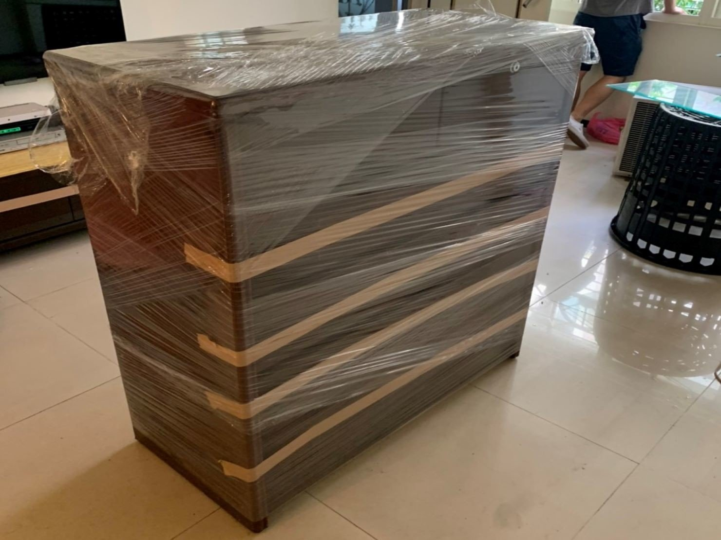 搬家【榮福搬家】搬家公司推薦、口碑第一、台北搬家:木製六抽櫃:再以膠膜將其整體層層綑繞,避免木製櫃遭磨損刮傷。