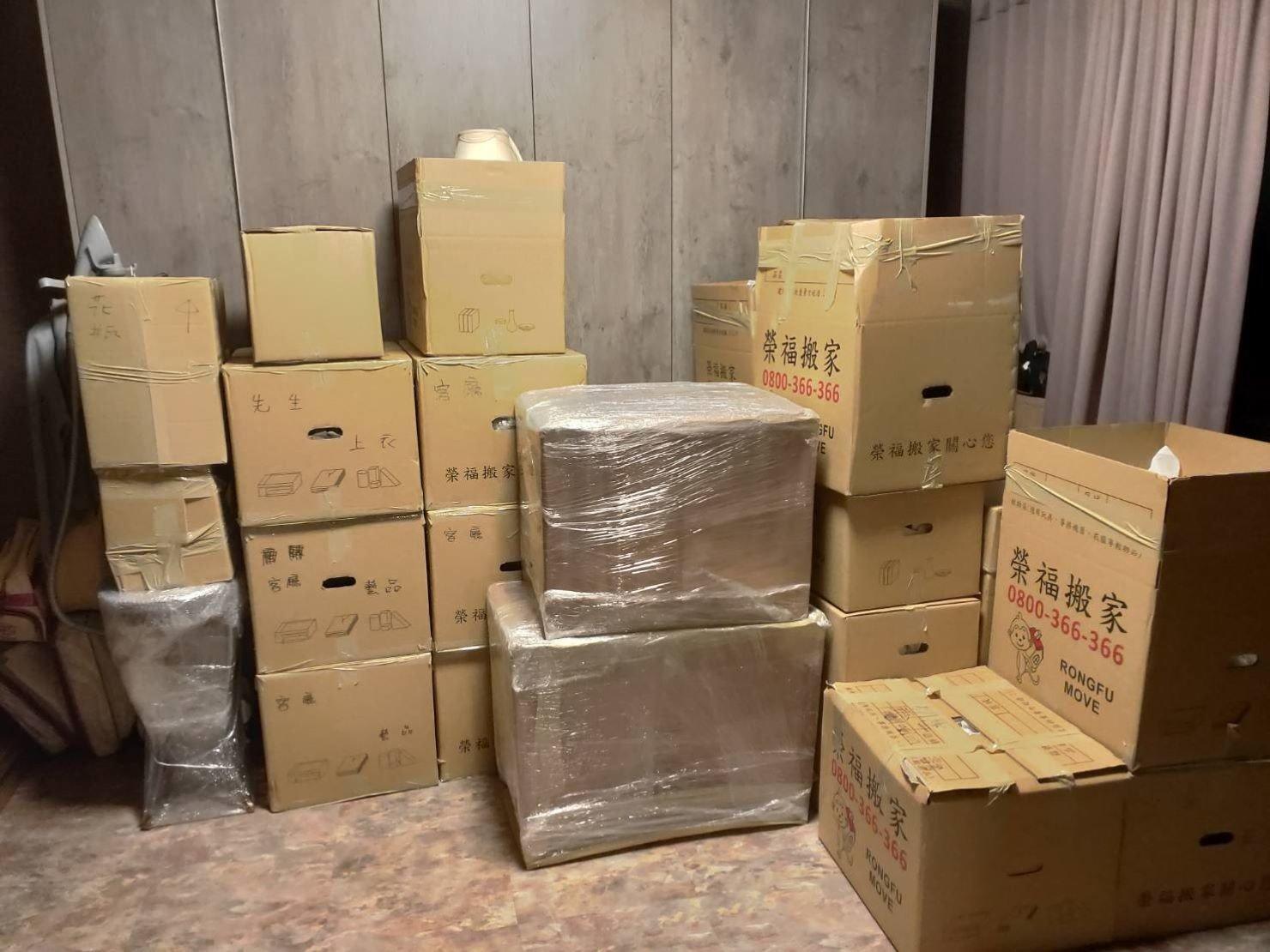 搬家推薦【榮福搬家】搬家口碑第一、台北搬家、新北搬家:師傅們將搬運物件及箱子搬到顧客指定位置整齊擺放。