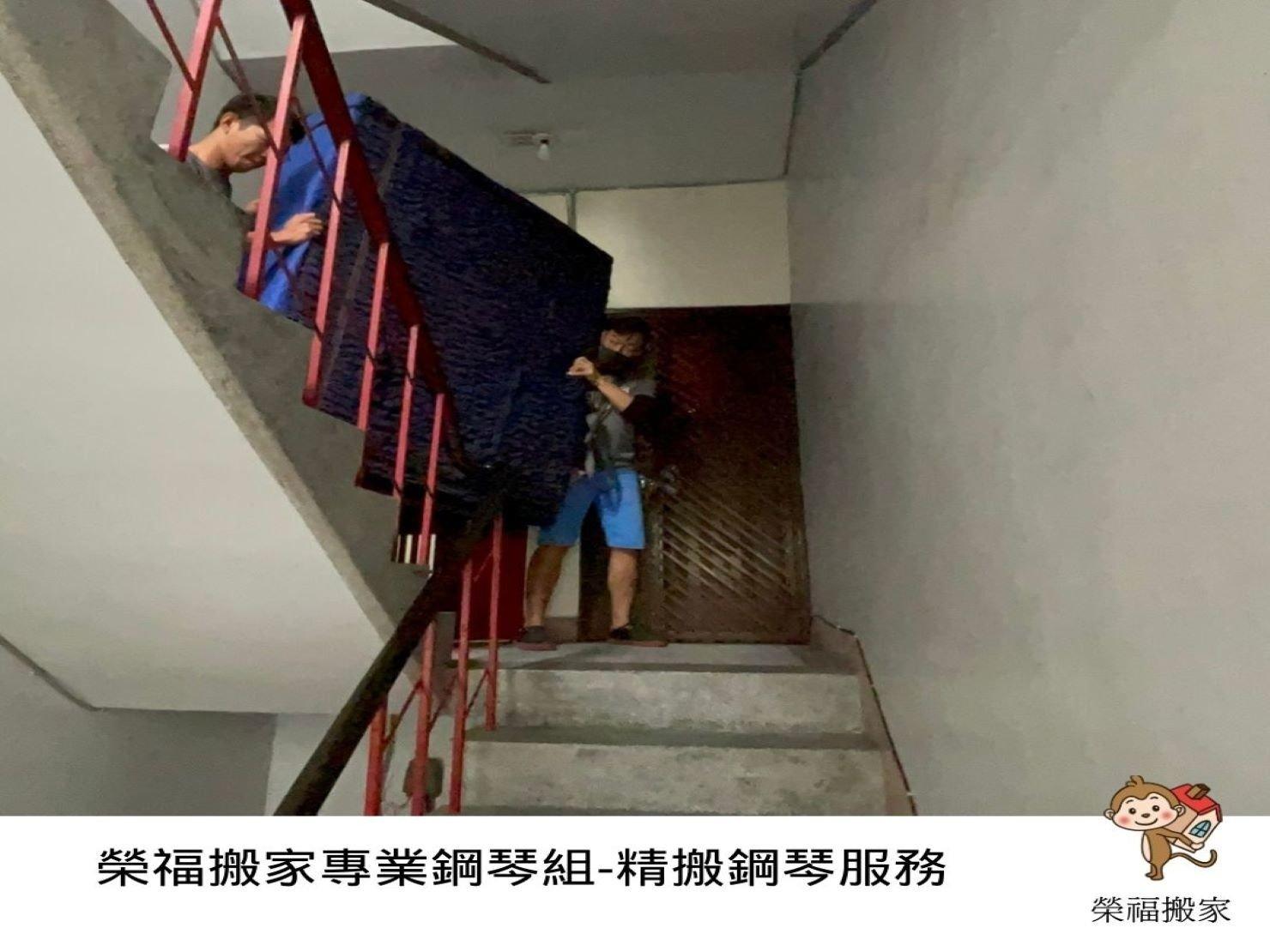 【鋼琴搬運】以4樓樓梯搬運鋼琴加載其他家具物件,一起跟搬家小編看榮福搬家公司如何專業搬運鋼琴吧