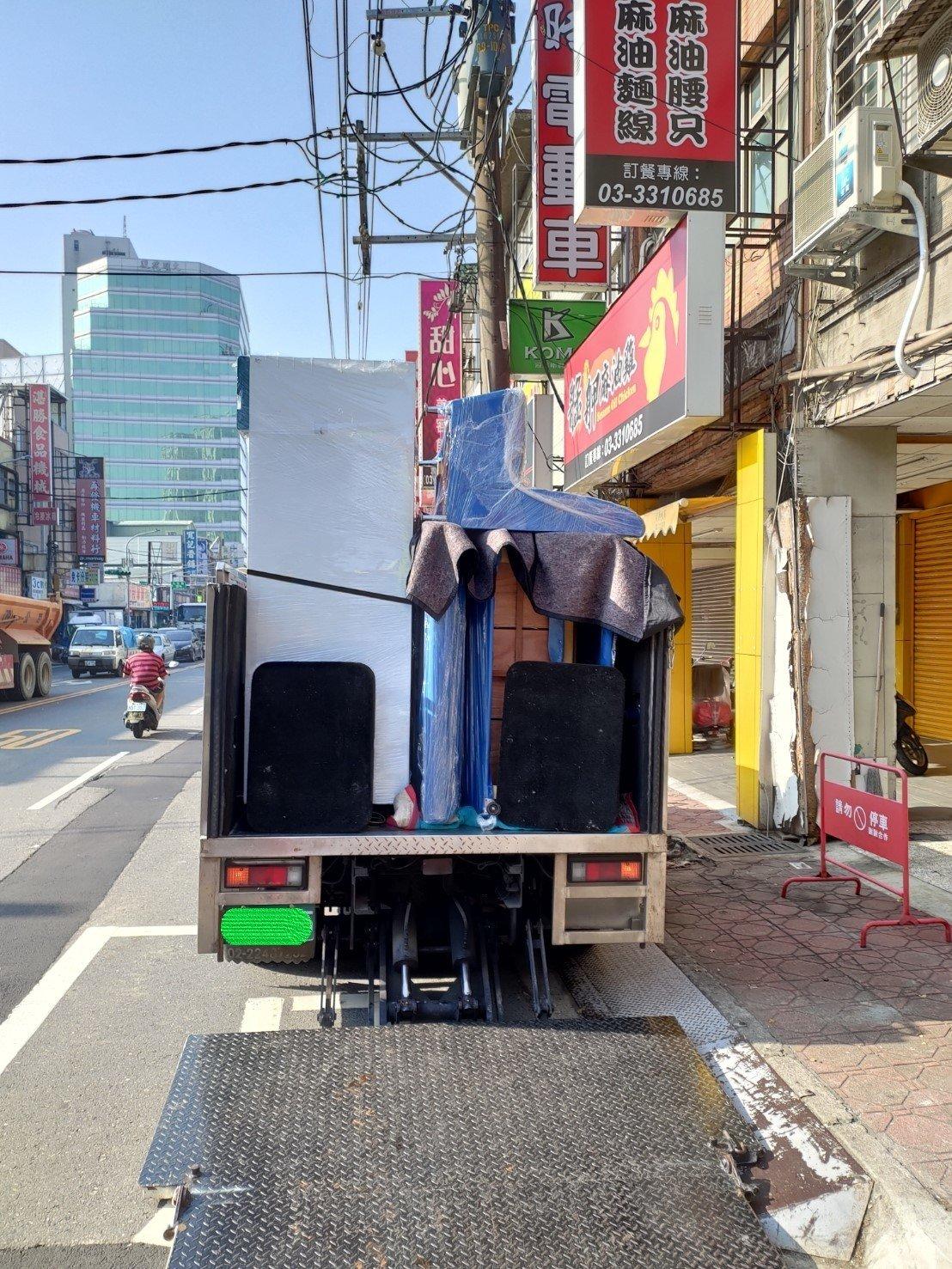 新北搬家【榮福搬家】搬家首選、台北搬家推薦:搬運大型營業用雙門冰箱、與8組雙人座沙發