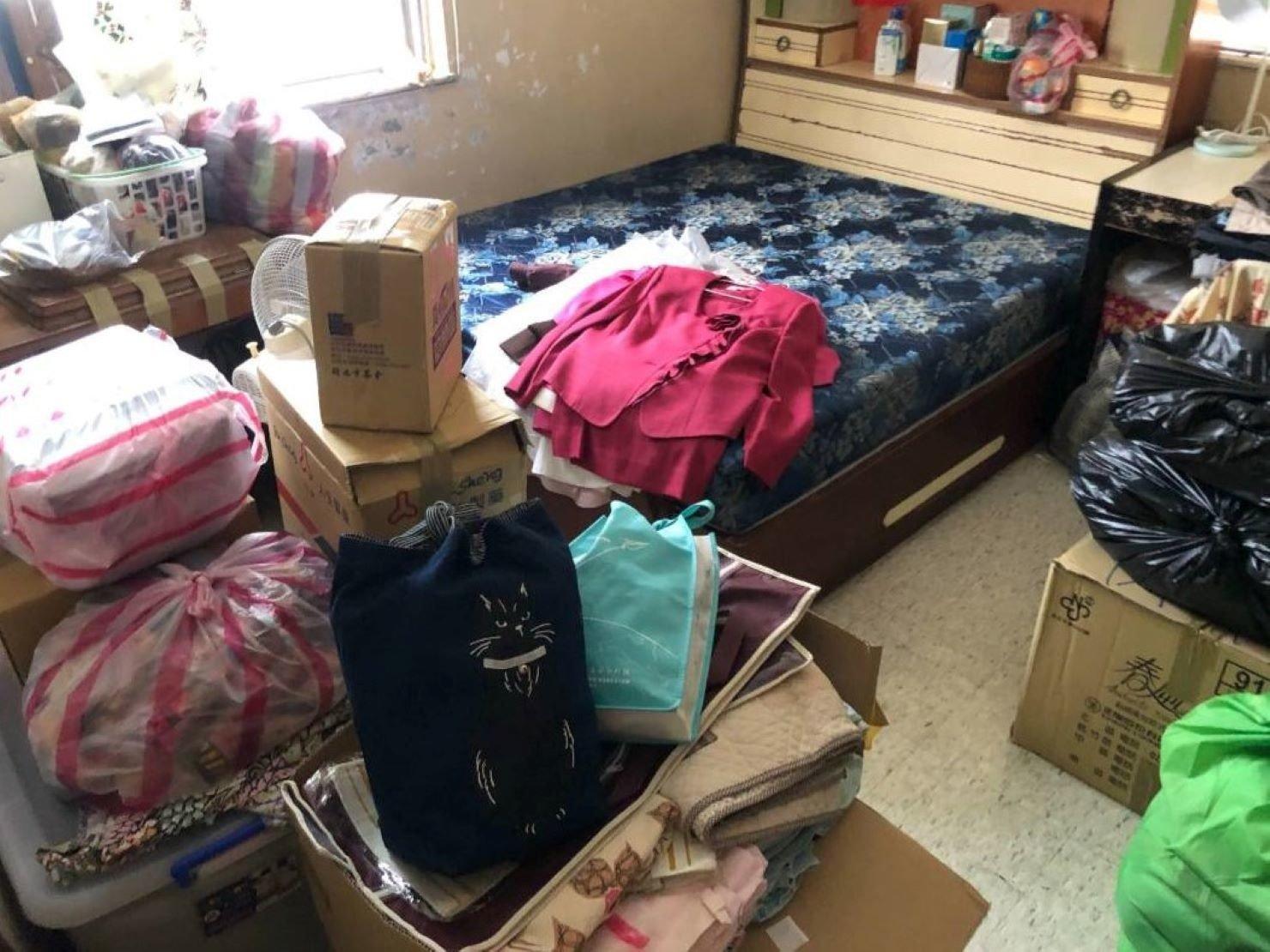 台北搬家推薦【榮福搬家】搬家公司,值得您來選擇:將衣物分類打包,裝箱裝袋,方便日後整理;如易皺衣物須用衣架掛在吊衣箱,避免日後整理時麻煩又懊惱。