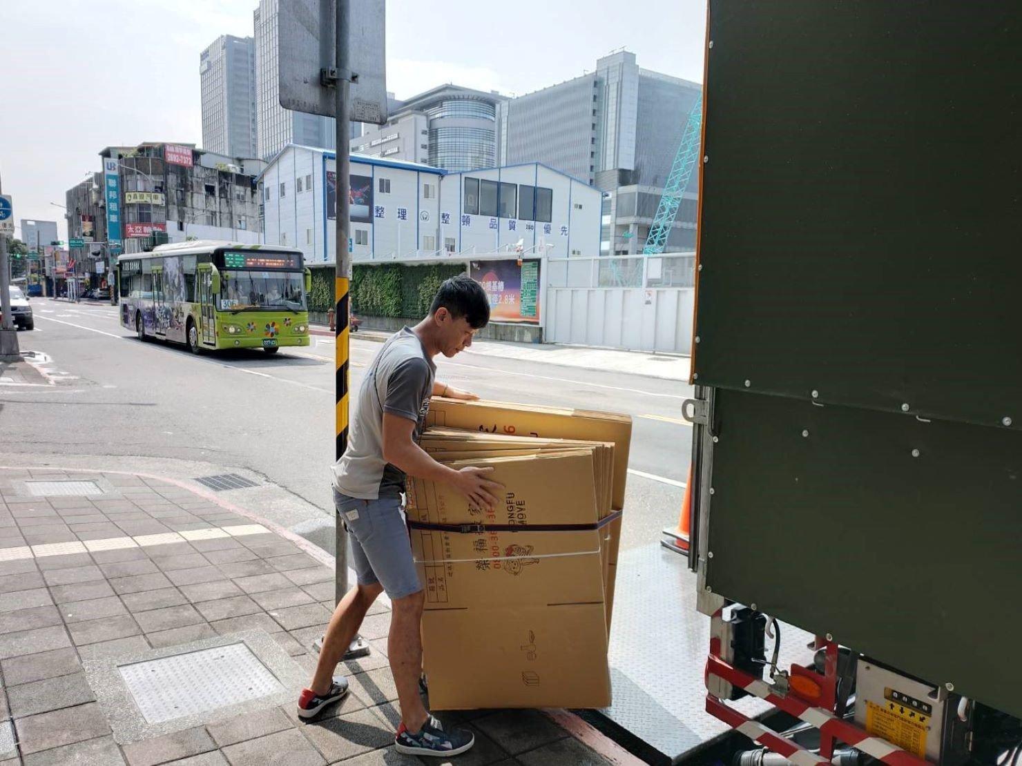 搬家公司找【榮福搬家】專業服務值得您的信賴與託付:專車運送紙箱