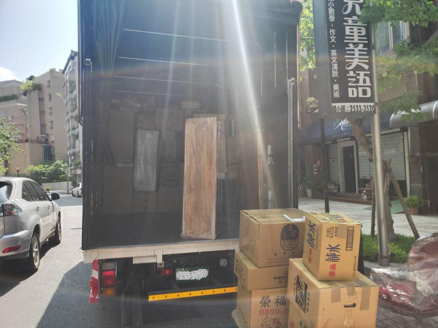 搬家公司【榮福搬家公司】拆裝家具、 搬家口碑第一、台北搬家:先以大型物件搬運上車為主,其餘的小物件可往後堆疊或向上堆疊。