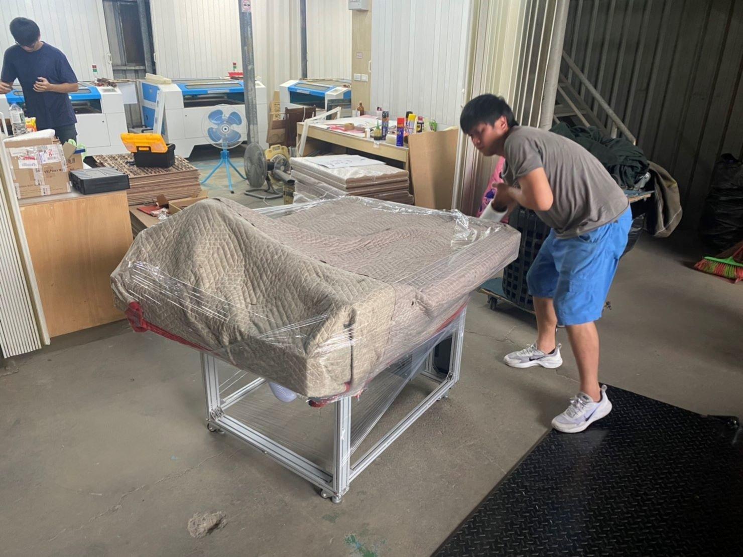 台北搬家公司推薦【榮福搬家公司】搬切割機、搬重物值得您來選擇:先以軍毯將切割機包覆,避免搬運中碰撞及刮傷磨損。