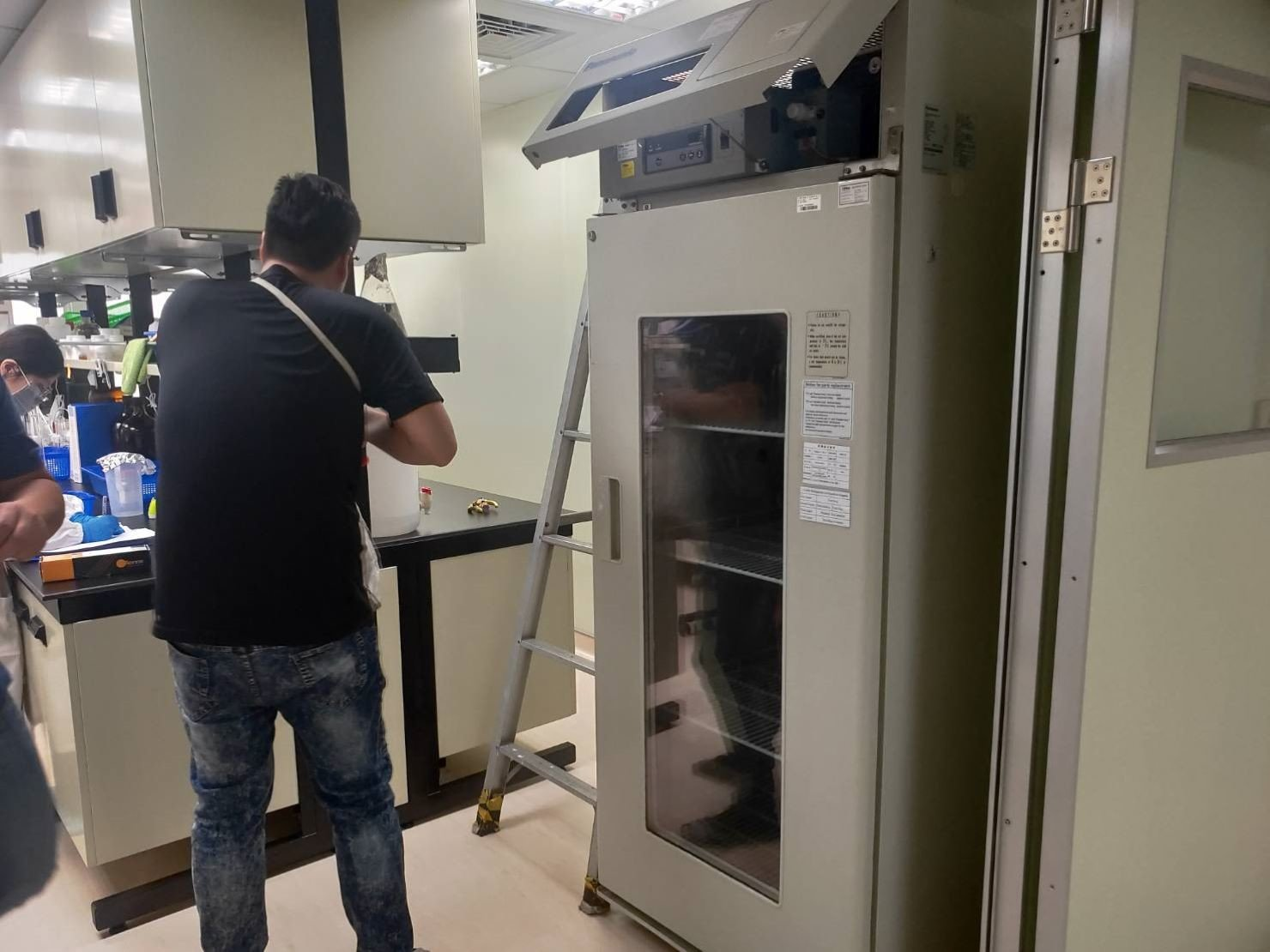 搬家公司【榮福搬家公司】搬冰箱值得您的信賴與選擇:重達200公斤以上的實驗室冷凍冰箱,就交給專業的榮福搬家來搬運。