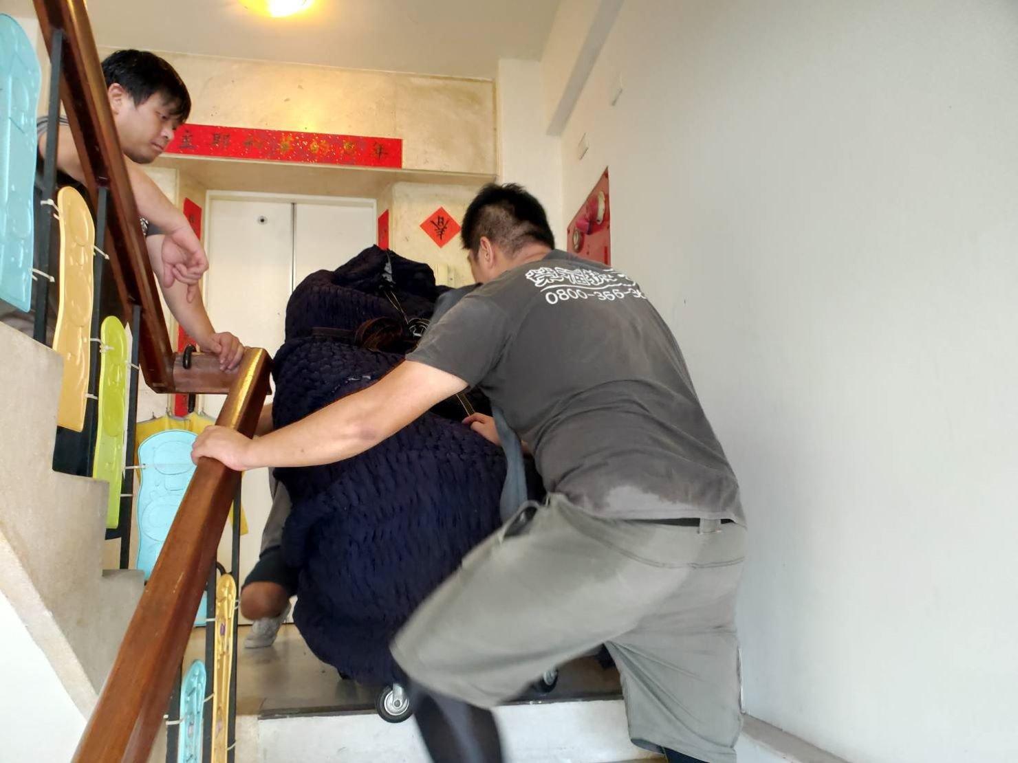 搬家推薦【榮福搬家】搬家口碑第一、台北搬家、新北搬家:搬按摩椅-專搬重物的榮福搬家公司以樓梯搬運破百公斤的按摩椅,搬運前會先以伸縮布套將其作保護,避免碰撞、磨損刮傷,高超的搬運技巧安全將按摩椅搬運至1樓搬家貨車上固定擺放。