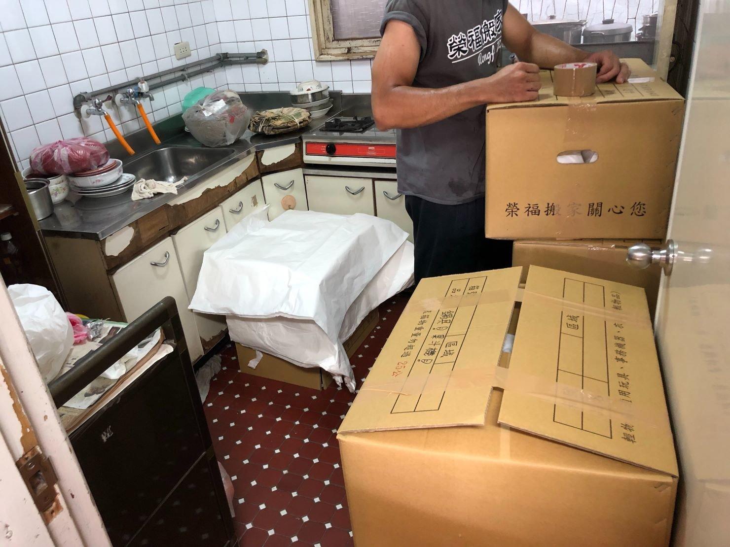 搬家公司【榮福搬家】優質搬家服務,值得您的信賴與選擇:廚房打包-箱底箱口以透明膠帶緊封,確實封箱後在箱外標記註明提醒搬運的師傅們。