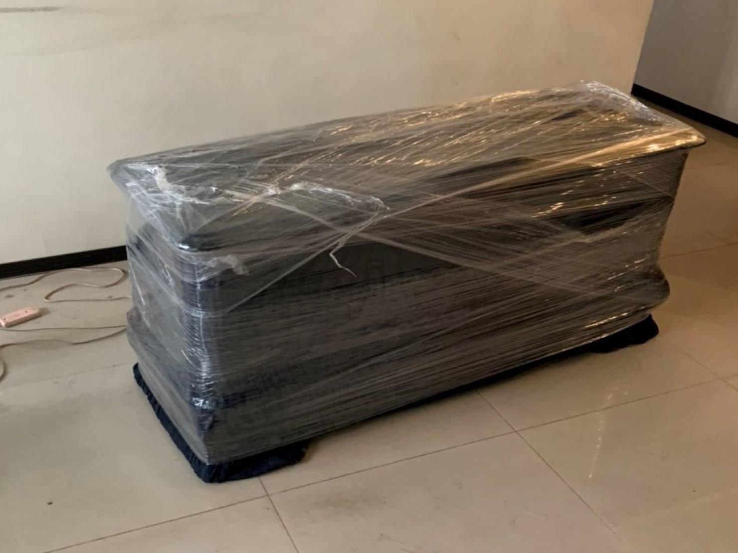 搬家【榮福搬家】搬家公司推薦、口碑第一、台北搬家:紅木玻璃上下櫃:下櫃先以布紋膠帶黏貼抽屜再用日式布套包覆住,最後裹上層層膠膜。