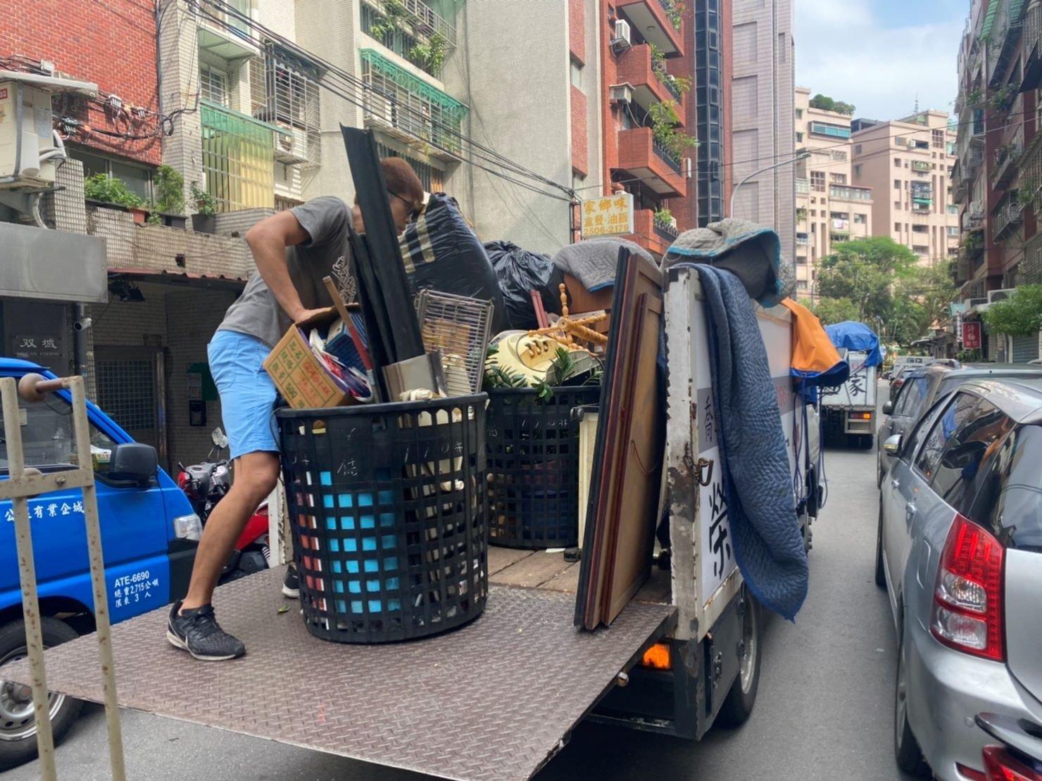 搬家推薦【榮福搬家】搬家口碑第一、台北搬家、新北搬家:【廢棄物處理清運、家庭家具垃圾處理】榮福搬家公司老舊家具廢棄處理服務,幫您從家中搬運載去廢棄處理廠丟棄。