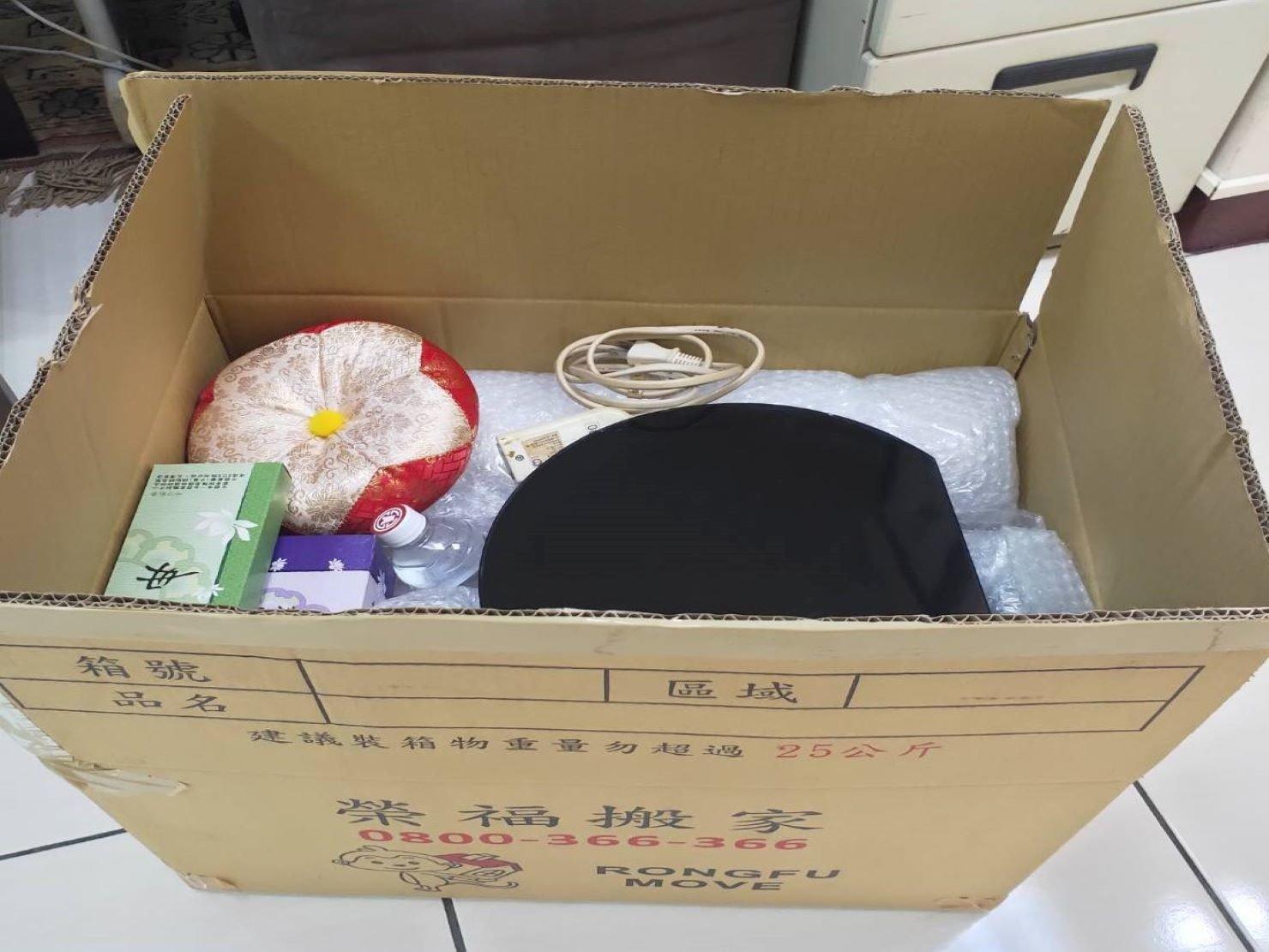 搬家公司【榮福搬家】精緻搬家、優質搬家服務,值得您的信賴與選擇:居家小物用品打包-依物品材質選擇合適打包方式,如易碎品會以氣泡先包裹再裝箱,在箱底也可先舖上一層軟布做為緩衝。