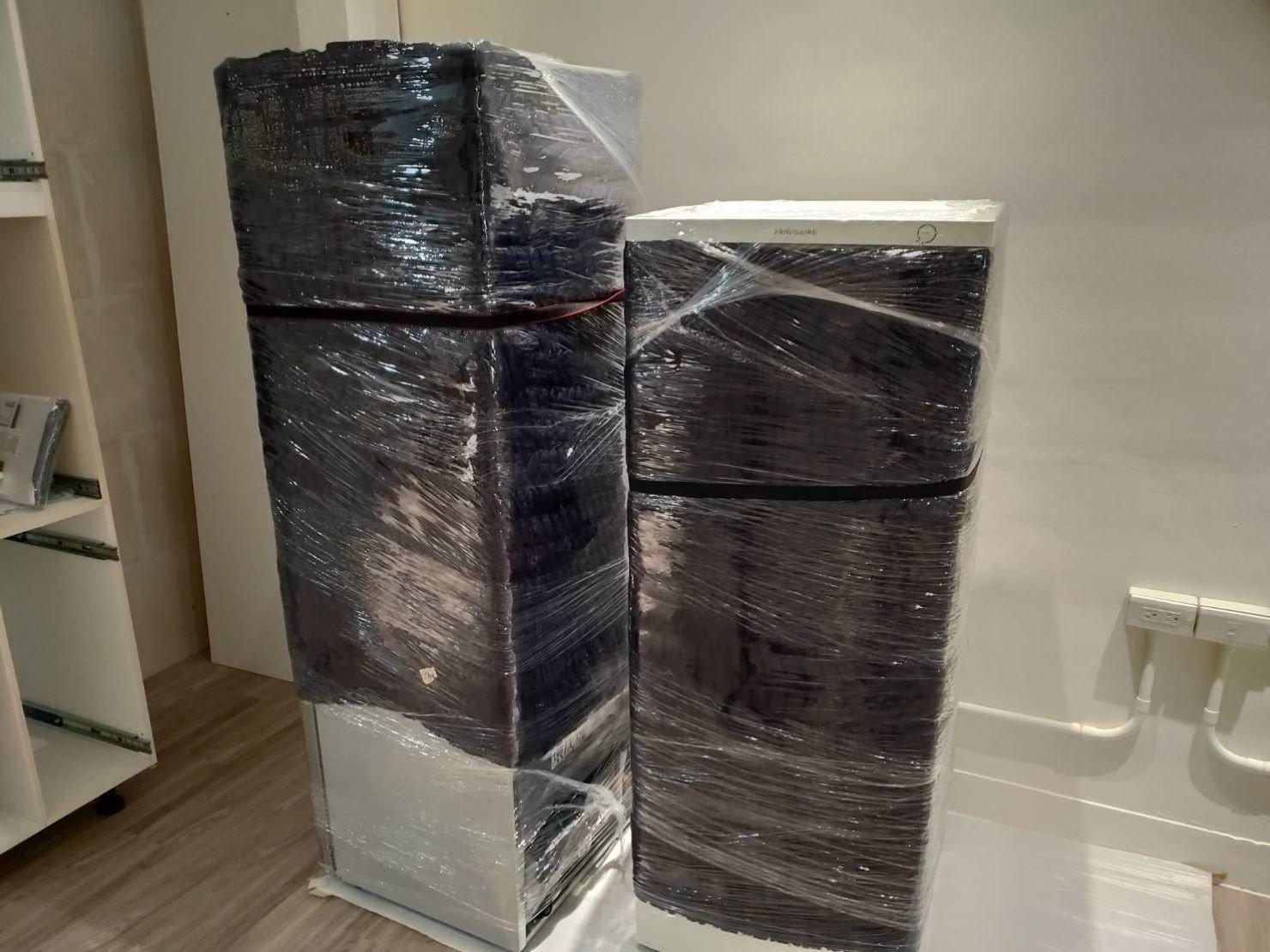 搬家推薦【榮福搬家】搬冰箱、搬家口碑第一、台北搬家、新北搬家:冰箱專業細膩的包裝防護-以布套包袱後再用膠膜層層綑繞。