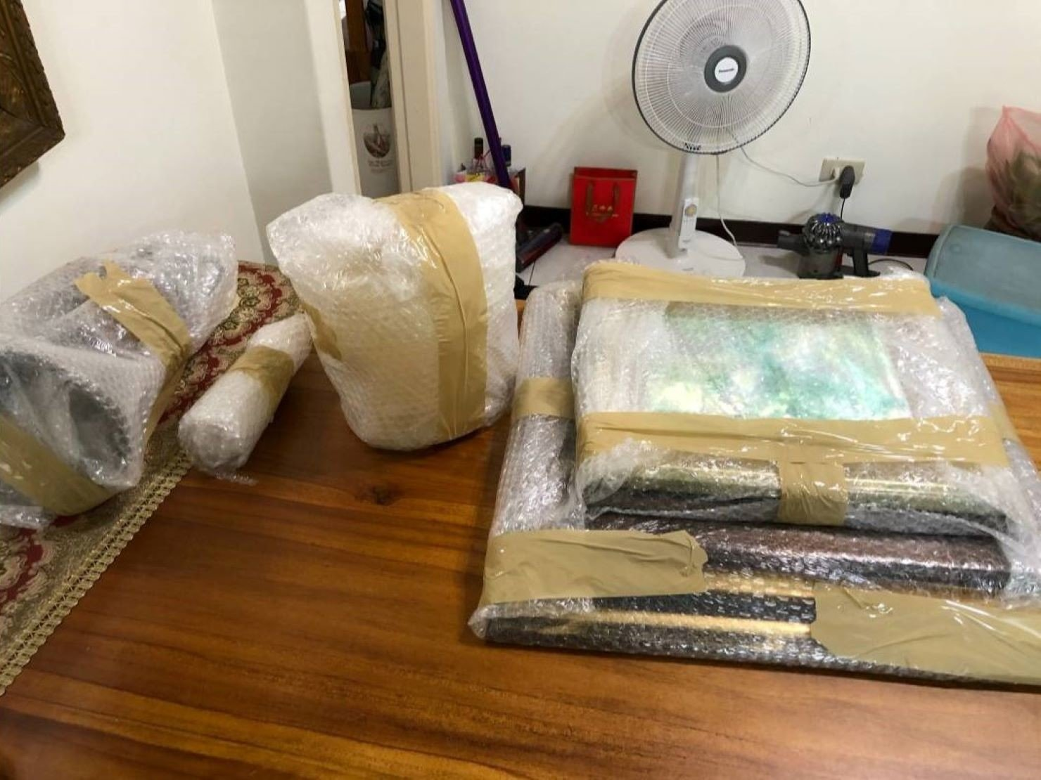 精緻搬家【榮福搬家公司】搬家口碑第一、台北搬家推薦:古董物件精緻包裝-以氣泡捲與黃色透明膠帶做包裝防護,達到防震、防潮、防碰撞之功效。