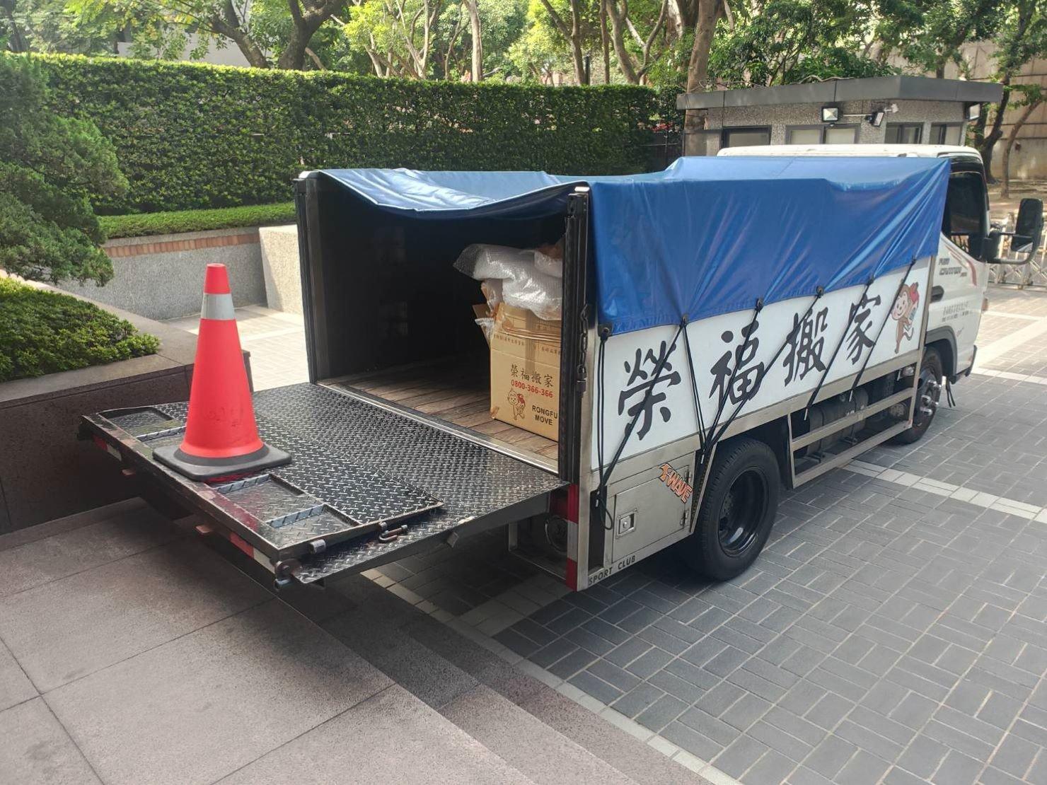 專搬鋼琴【榮福搬家公司】搬重物、口碑第一、台北搬家:將貨車升降板放下與階梯平行,利用板車將鋼琴等物件運送下車送往大廳內。