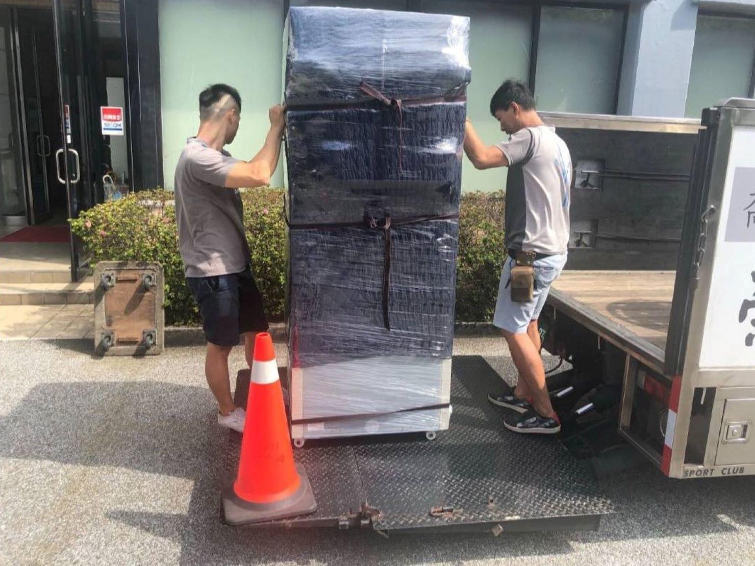 搬家【榮福搬家公司】台北搬家、新北搬家、重物搬運推薦:師傅們一前一後將冰箱推至升降板上。