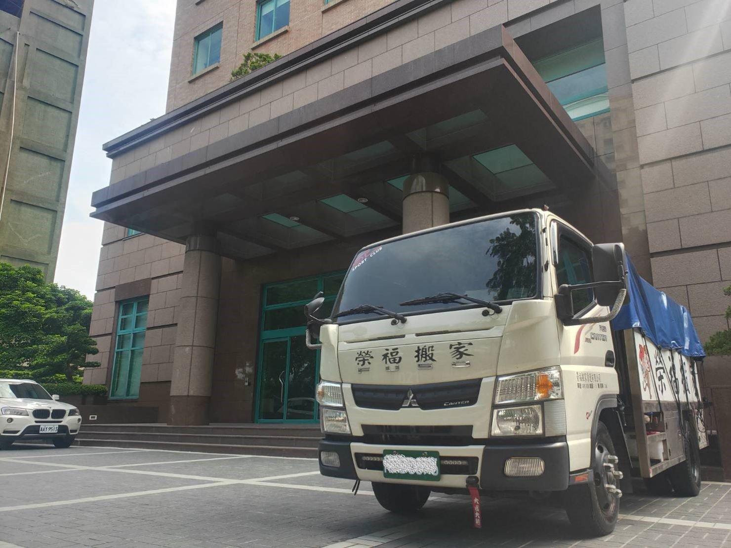 專搬鋼琴【榮福搬家公司】搬重物、口碑第一、台北搬家推薦:搬運貨車抵達目的地後,暫停門口臨時停車位準備下貨。