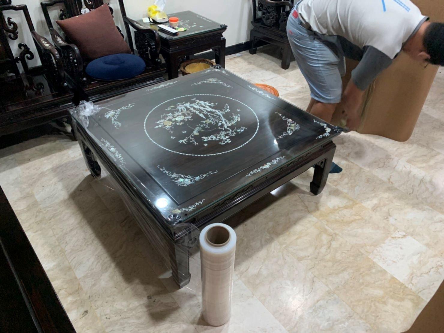 【榮福搬家公司】口碑第一、台北搬家推薦:紅木雕刻桌加上玻璃桌面,做了三層的防護包裝給予顧客大大放心。