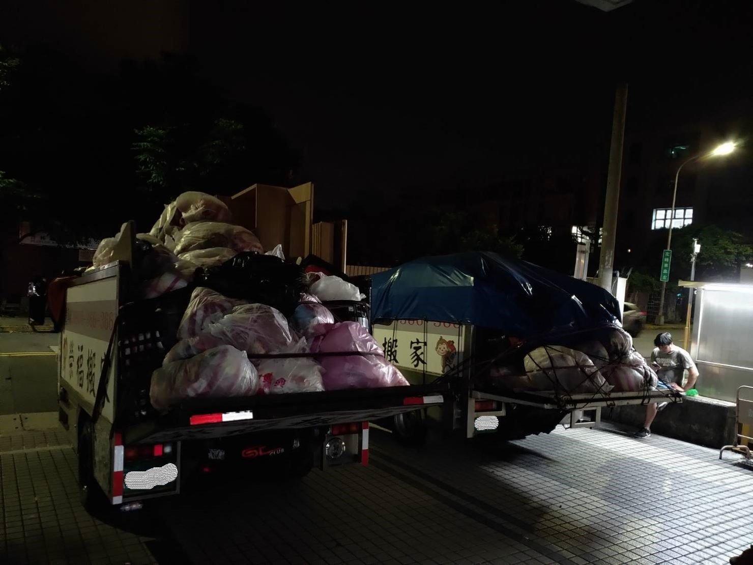 搬家公司【榮福搬家】搬垃圾,值得您的信賴與選擇:榮福搬家有提供廢棄物清運之服務項目,除了搬運顧客不要的家具物件外,也會將廢棄物直接載去配合的單位處理。