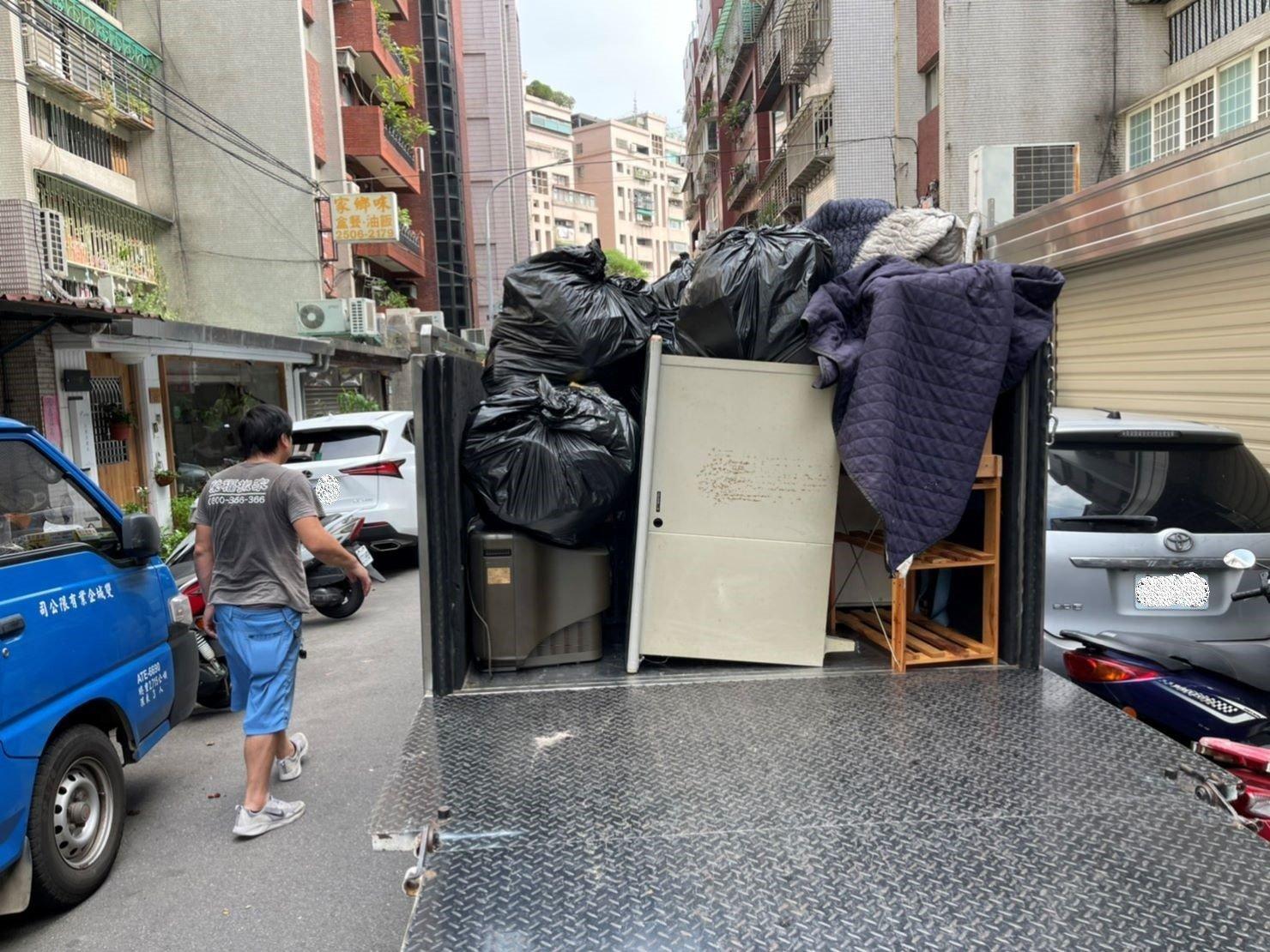 新北搬家【榮福搬家】搬家首選、台北搬家推薦:【廢棄物處理清運、家庭家具垃圾處理】榮福搬家在廢棄物處理的服務也不馬虎,幫顧客把家中多餘的垃圾清理裝袋後搬運至搬家貨車上堆疊,堆疊方式也是按照搬家車輛堆疊標準,不會亂塞亂放。