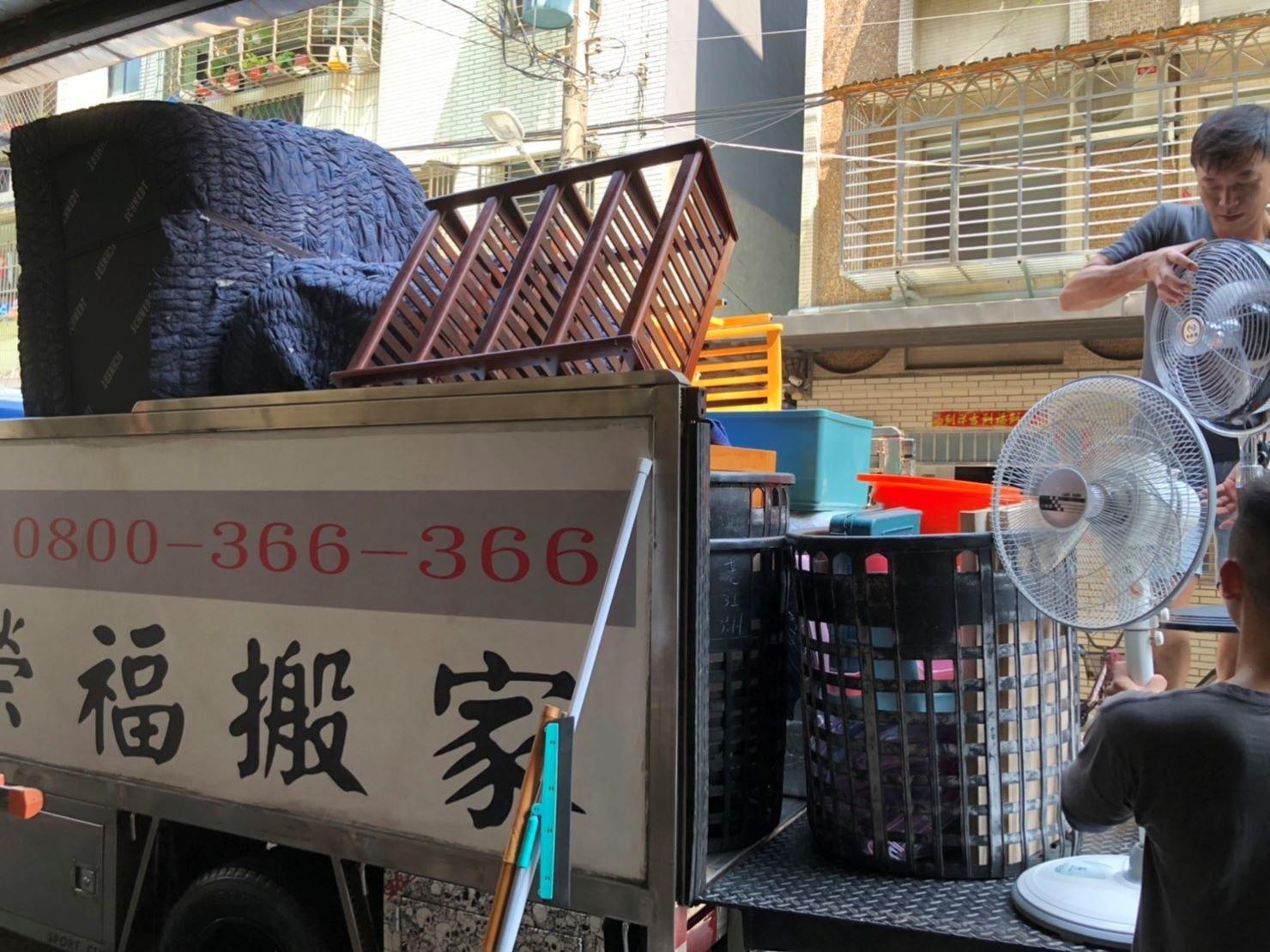 搬家【榮福搬家公司】專業搬家口碑第一、台北搬家:貨車堆疊都是以大型家具先上車再往外堆疊