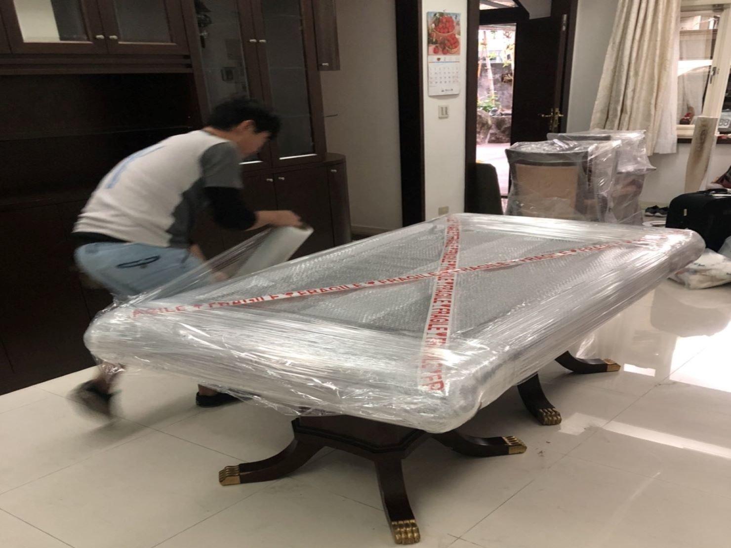 【榮福搬家】口碑第一、台北搬家推薦:大理石桌面精緻包裝-先包裹氣泡再以膠膜綑繞固定,防塵防碰撞