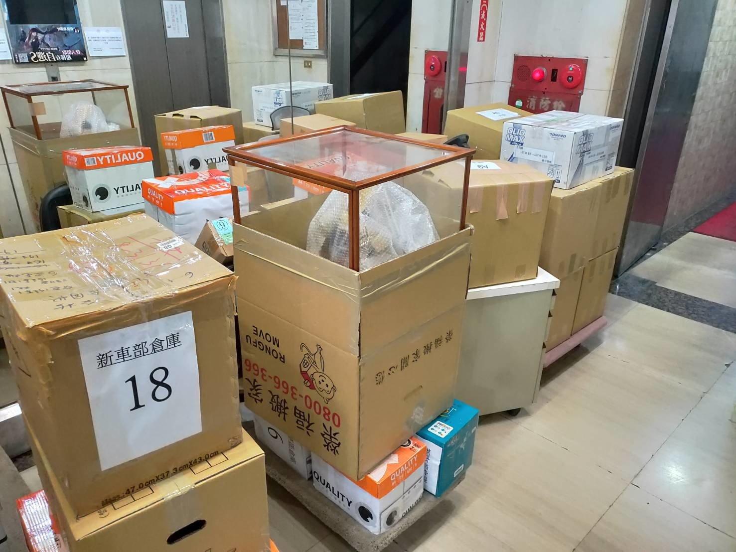 搬辦公室【榮福搬家公司】搬家首選、台北搬家、新北搬家公司推薦:公司行號搬遷服務,包裝搬運、打包裝箱「細膩包裝、專業搬運、用心服務、以客為尊」是榮福搬家公司的宗旨與精神。歡迎立即來電02-2651-2727專人服務。