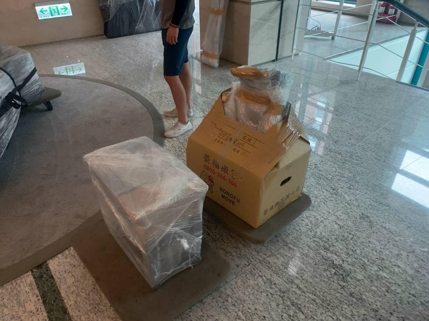 鋼琴搬運【榮福搬家公司】搬鋼琴、搬平台三角琴、口碑第一、台北搬家:三角琴、平台式鋼琴琴凳以氣泡捲來做包裝防護。