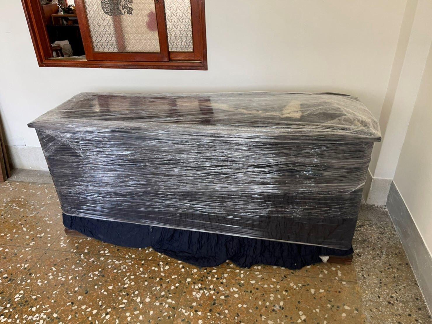 搬家公司推薦【榮福搬家】搬遷好品質值得您的信賴與選擇:搬大型玻璃上下櫥櫃-將下層櫥櫃用伸縮保護布套包袱後,捆上層層膠膜,防碰撞磨損、防塵防水。